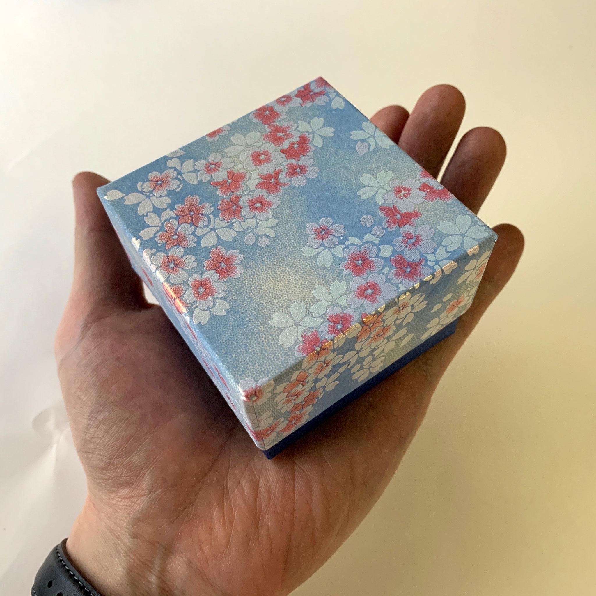 千代紙を使用した別注の貼り箱は手のひらに乗る大きさ