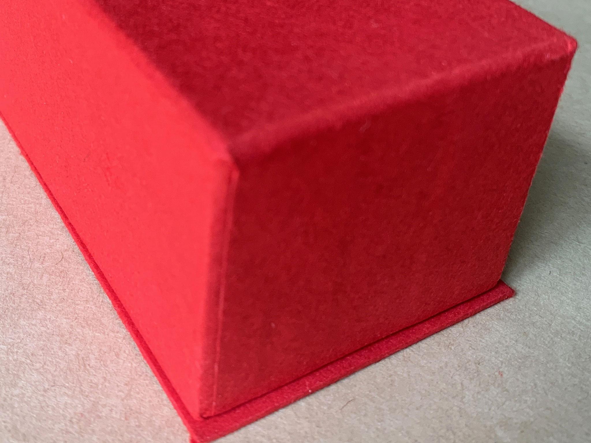 通常のかぶせ型に底板が付いた貼り箱