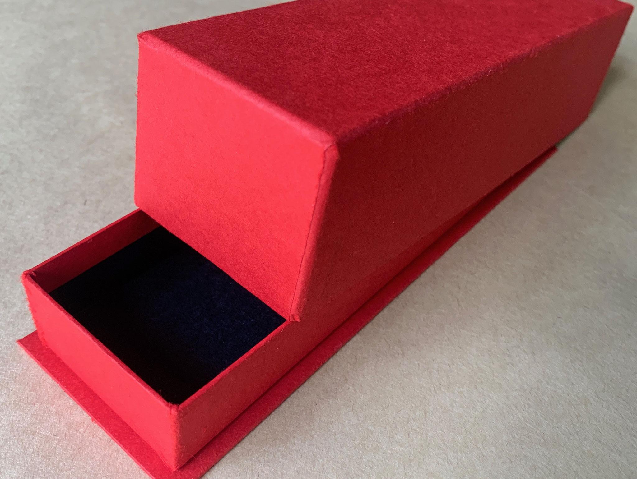 新商品を演出する貼り箱は手加工で仕上げています