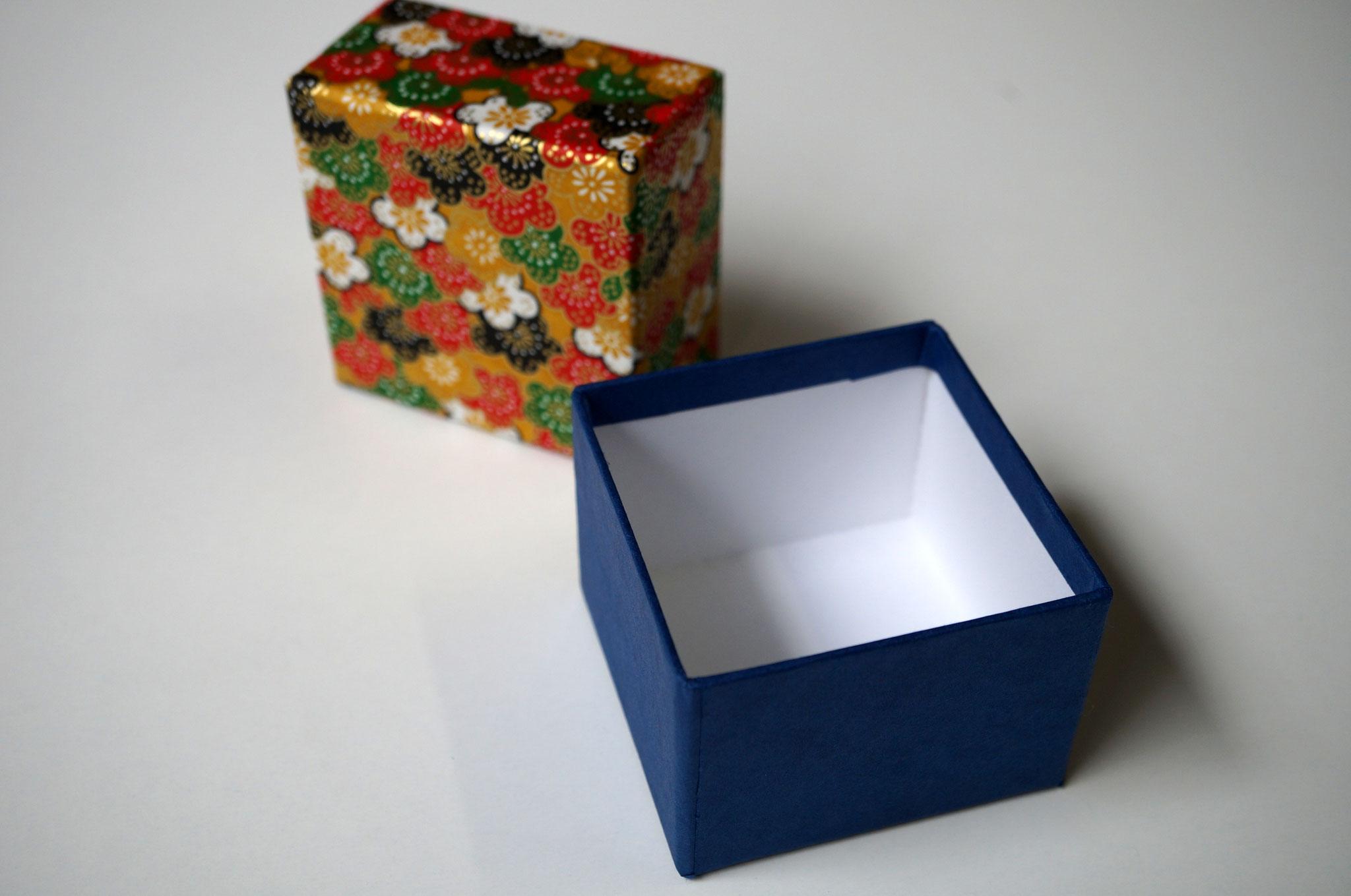 千代紙と紺色の鳥の子紙の貼り箱4