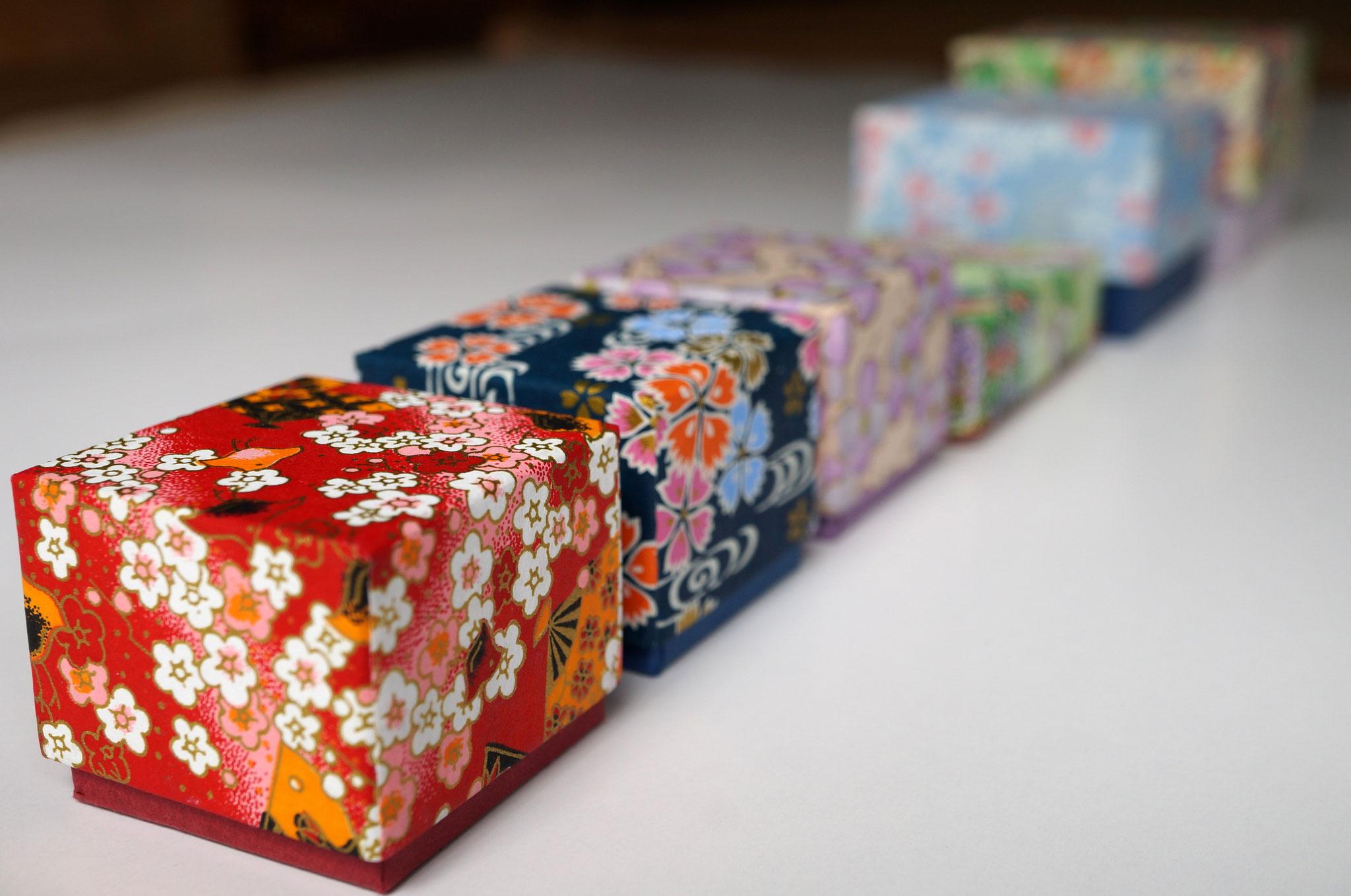 千代紙を使用して各種サイズの貼り箱を作製しました