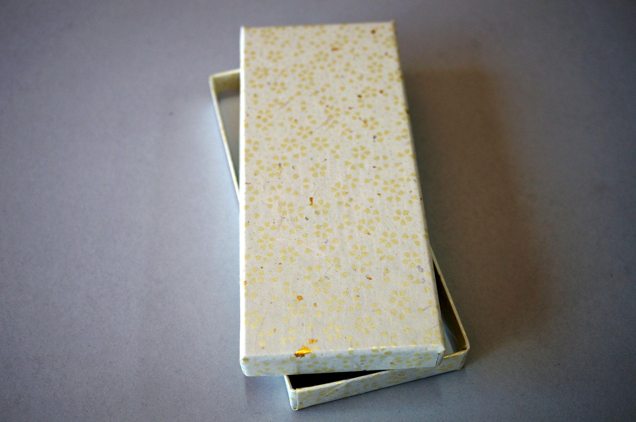 花柄入りの和紙で作製した貼り箱(レモン)
