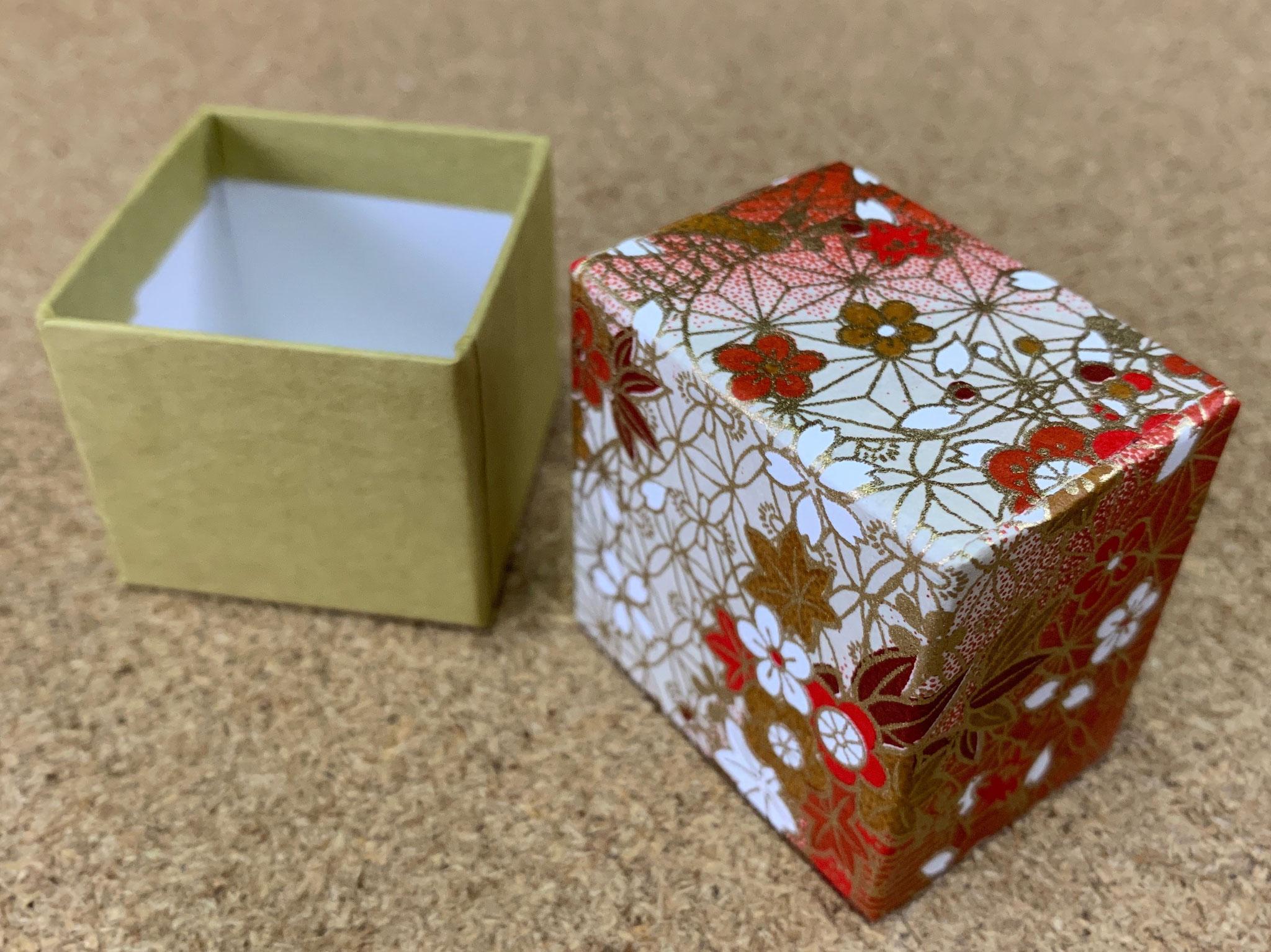 千代紙と民芸紙を貼り紙にした貼り箱を別注にて作製しました