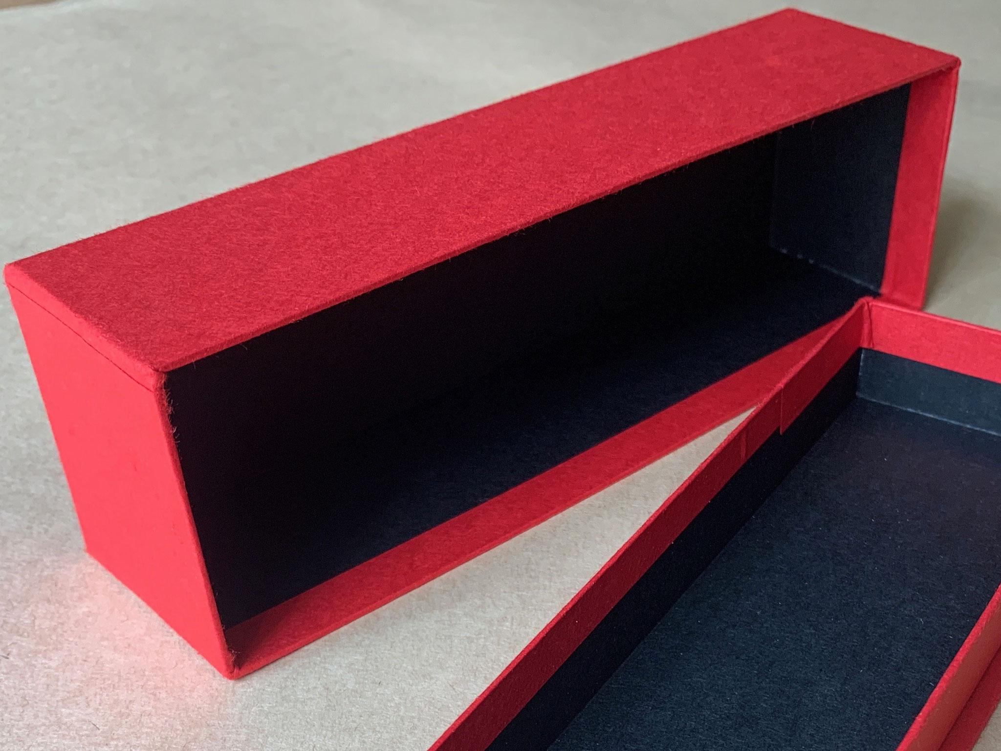貼り箱の内と外の貼り紙が異なるツートンカラーで仕上げています