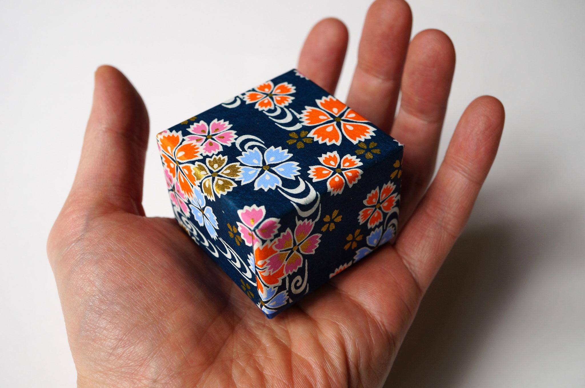 千代紙で手のひらサイズの小さな貼り箱も作製可能です