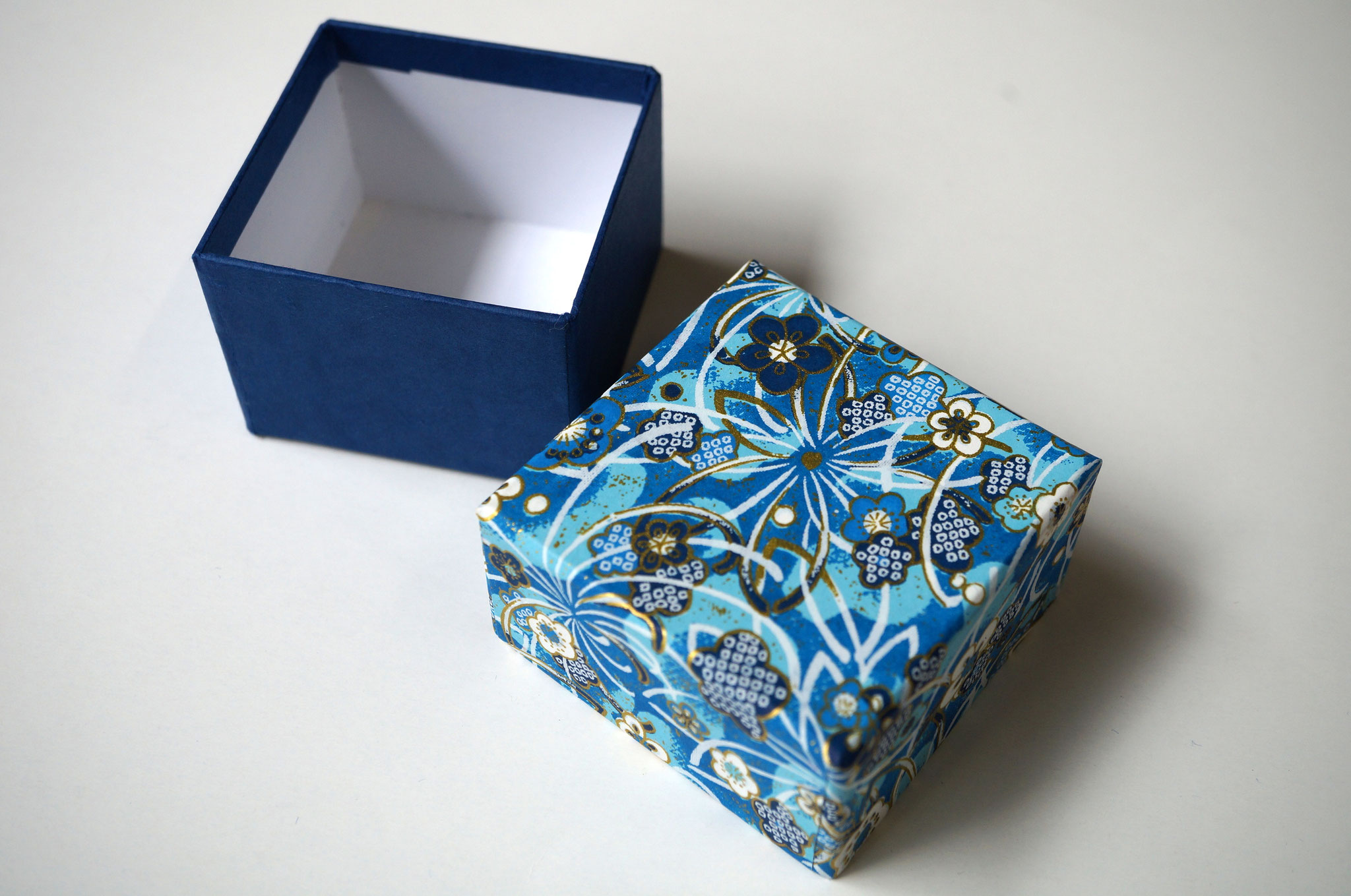 千代紙と紺色の鳥の子紙の貼り箱1