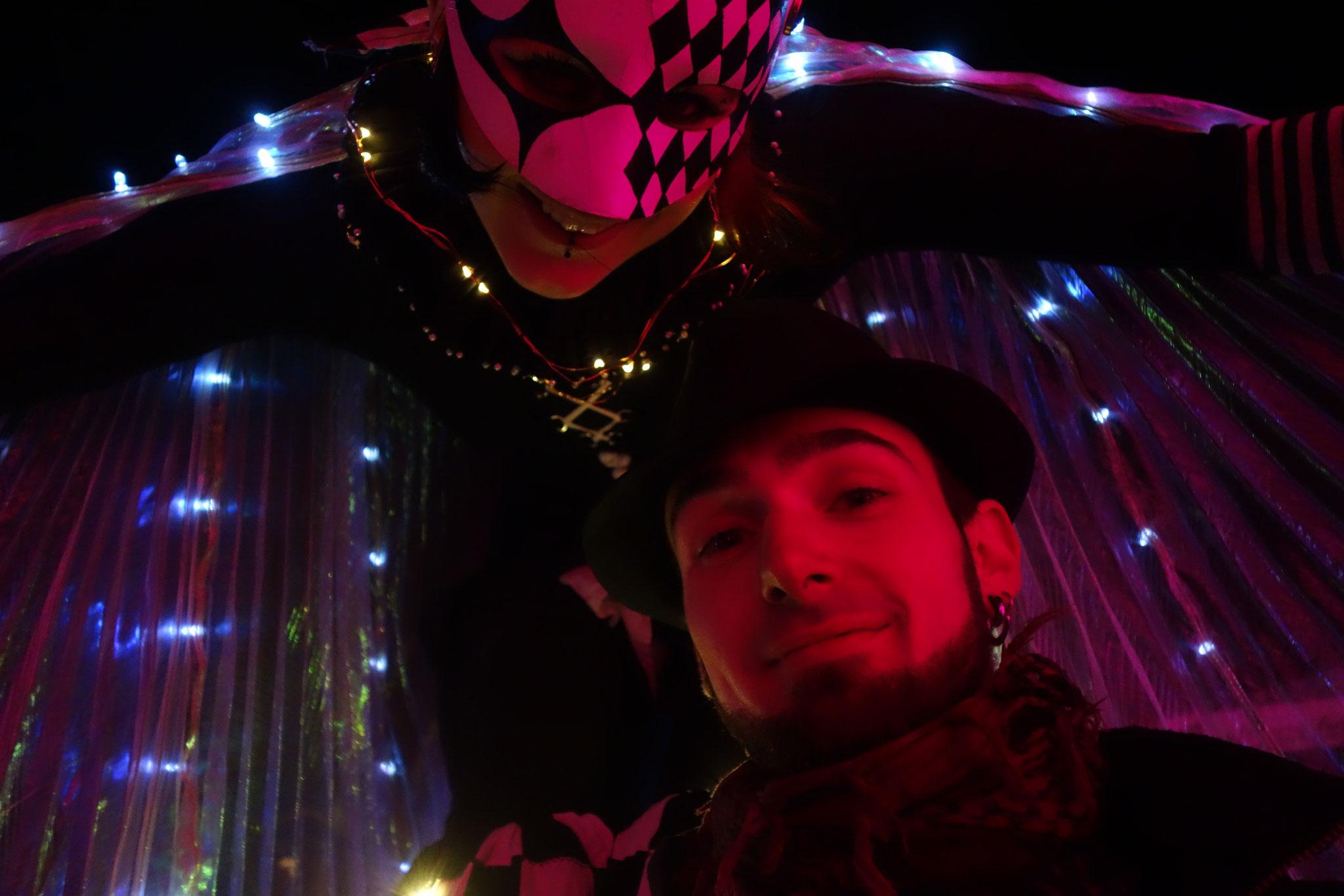 Beleuchteter Stelzenlauf zum Zirkus-Thema