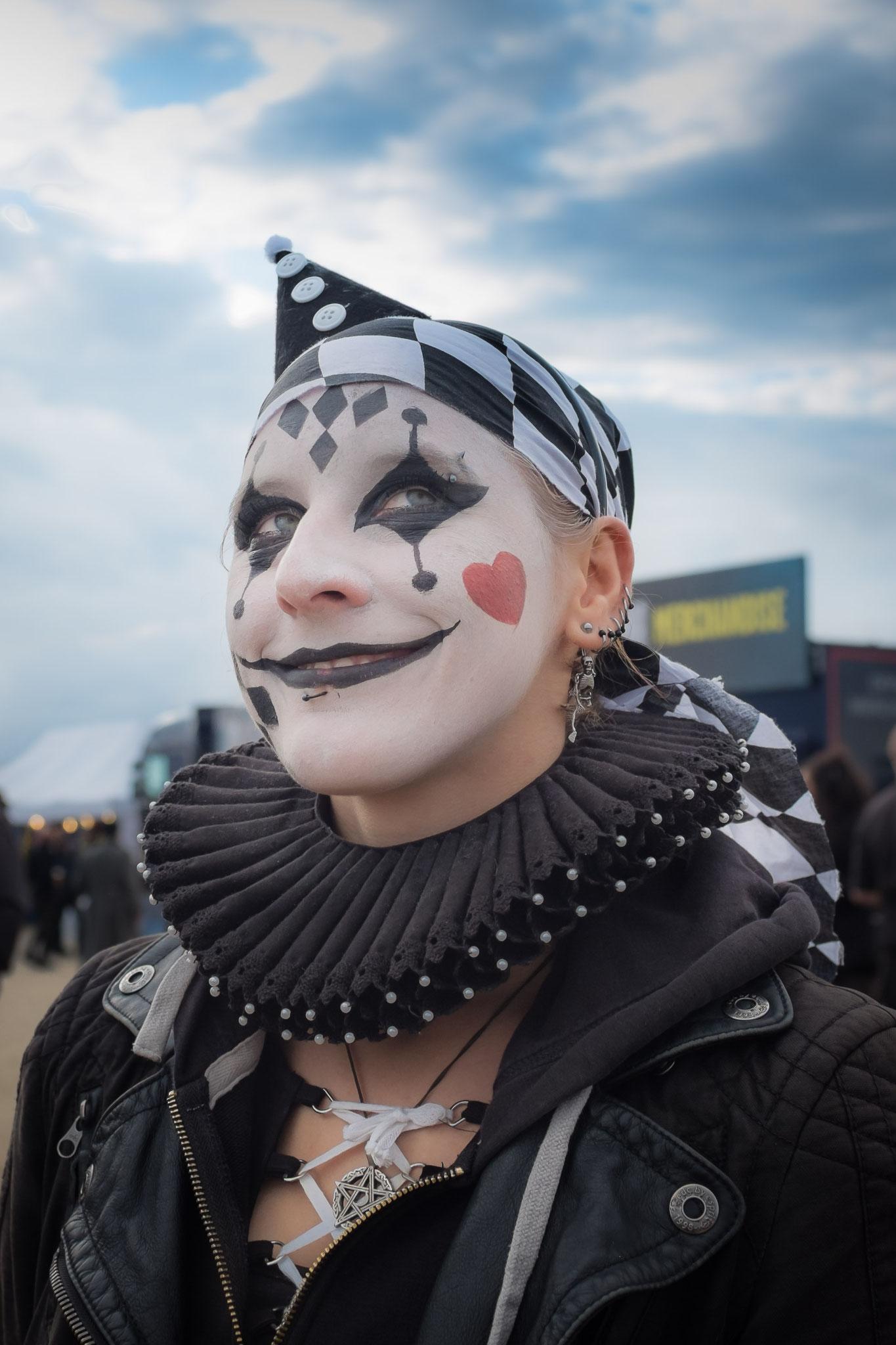 Walking Akt zu Fuß im Zirkus-Thema beim M'era Luna Festival