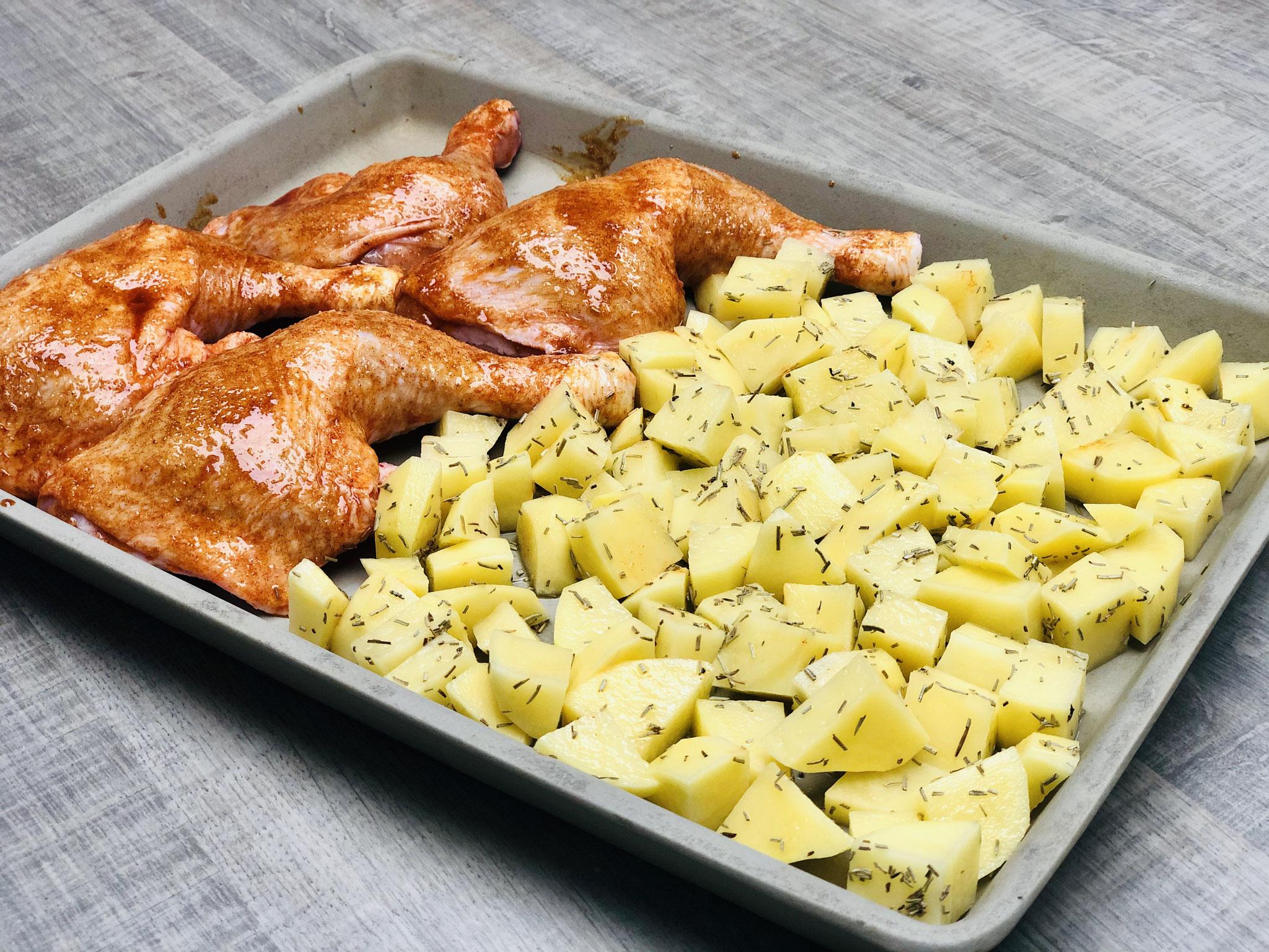 Die Kartoffeln in kleine Würfel schneiden und dann zu den Hähnchenschlegeln auf den Ofenzauberer legen...