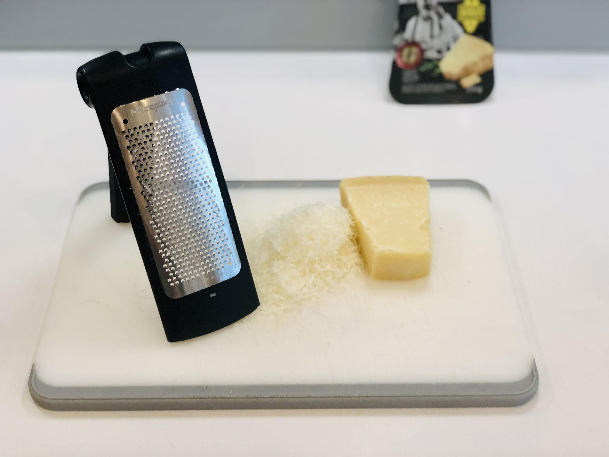 In der Zwischenzeit den Parmesan Käse mit der feinen Microplane® Reibe reiben ♥