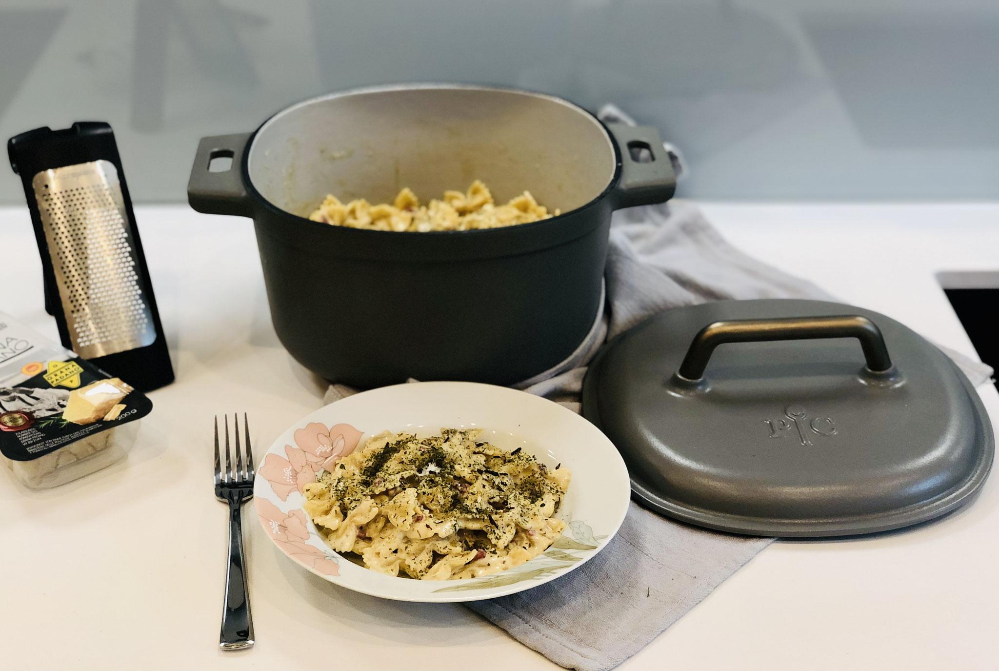 Wenn die Nudeln gar sind, dann den Parmesan und den Sahne Meerrettich zu den Nudeln geben und unterrühren.