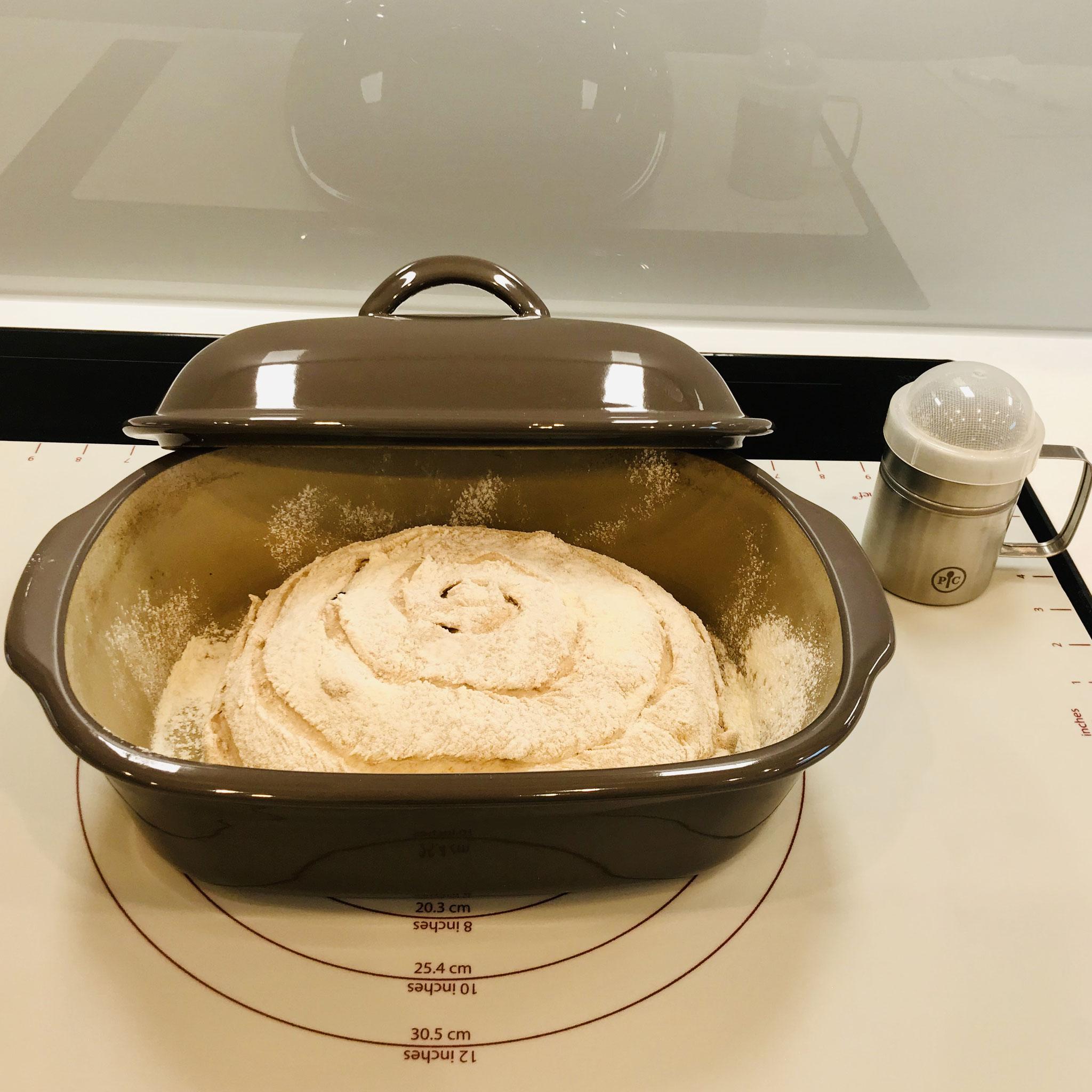 Den Ofenmeister leicht fetten und mit Mehl aus dem Streufix bestäuben und den Teigling hineinlegen - Deckel auflegen und den Teigling 60 Minuten ruhen lassen...