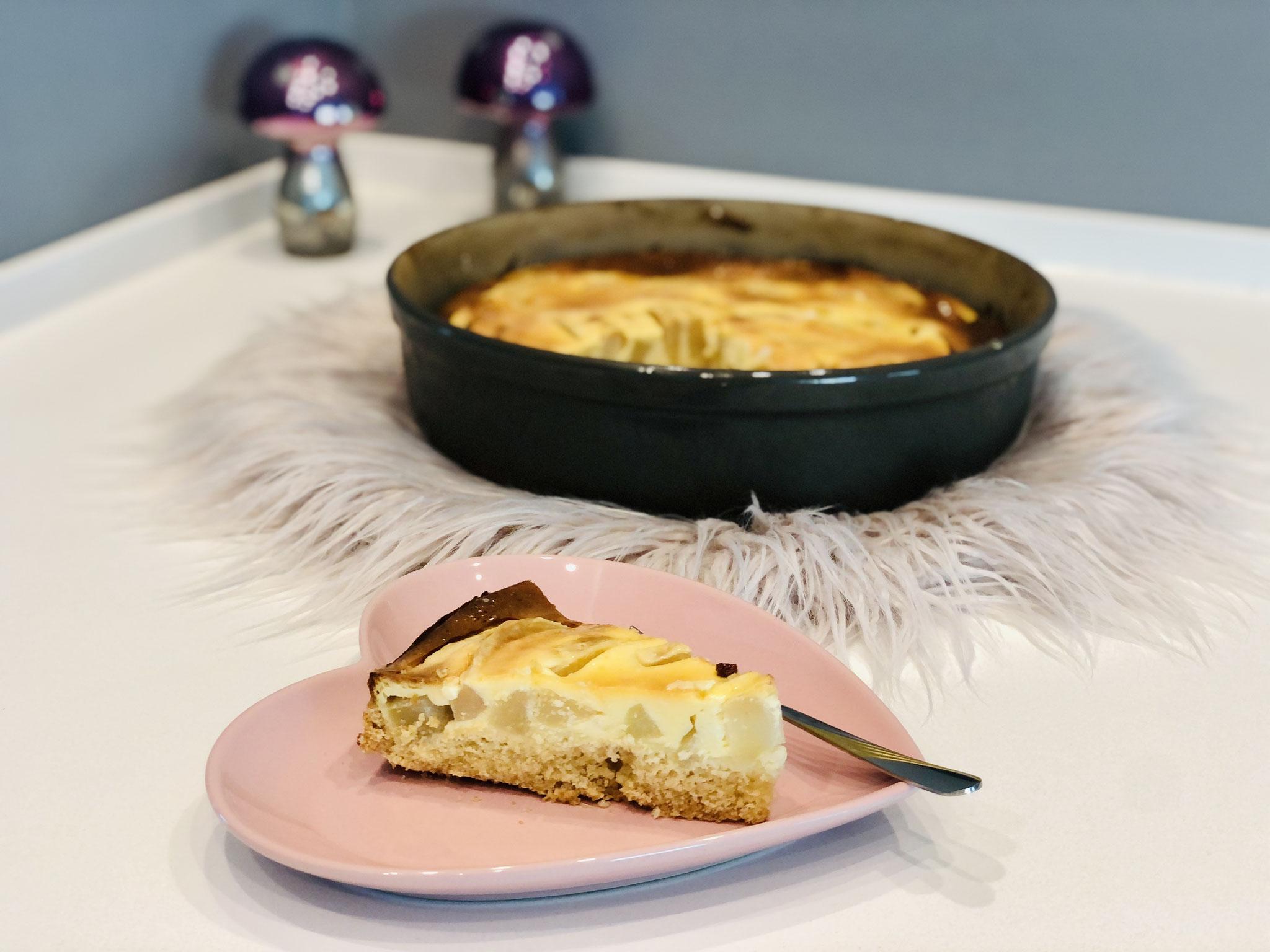 Mit dem kleinen Servierheber von Pampered Chef kannst du sehr gut die einzelnen Stücke aus der Kuchenform entnehmen. Viel Spaß beim Nachbacken ♥