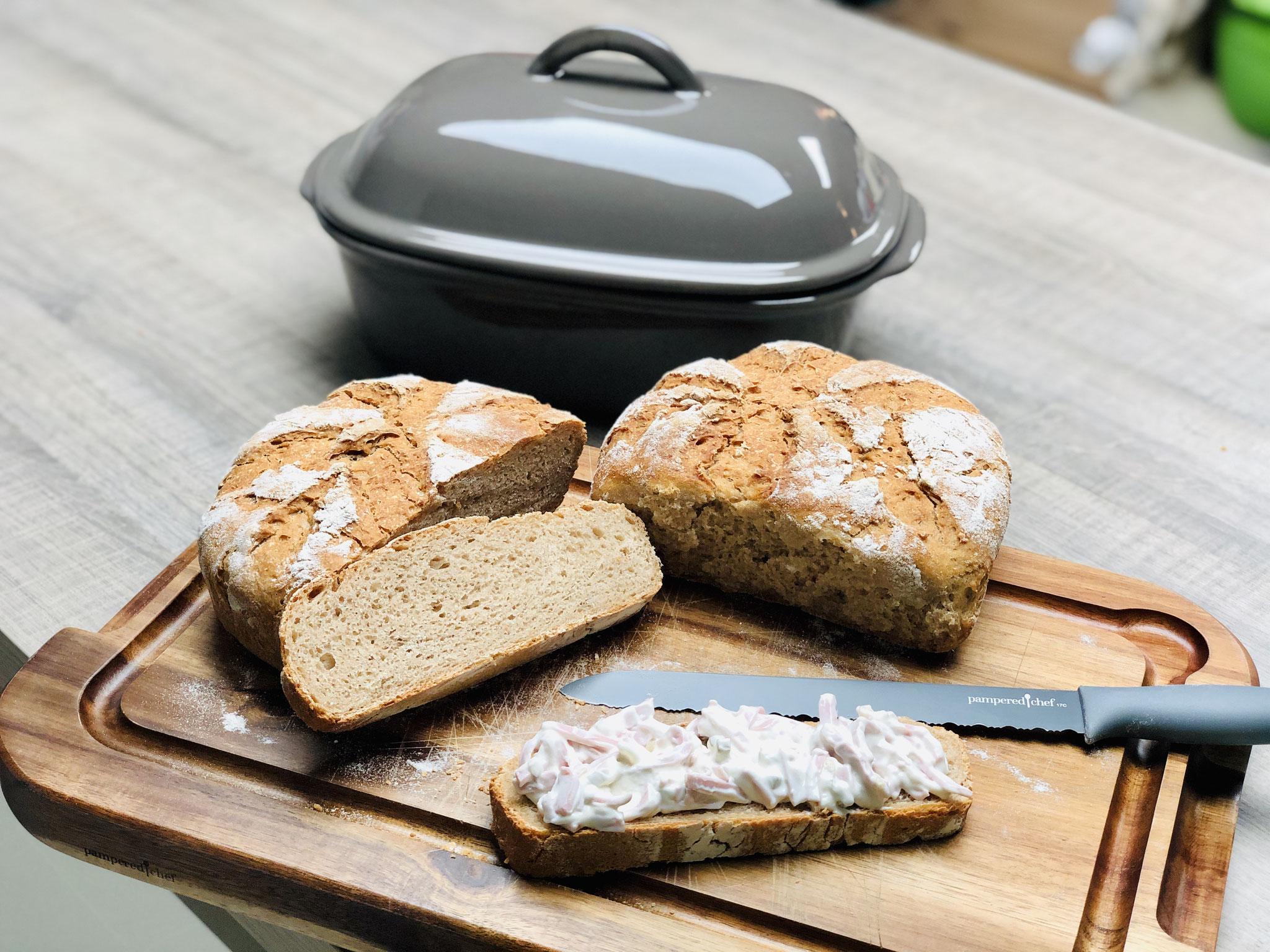 Nach dem backen im Ofenmeister sieht das Brot so aus. Ich liebe die Stoneware, da ich darin Steinbackofenbrote backen kann ♥