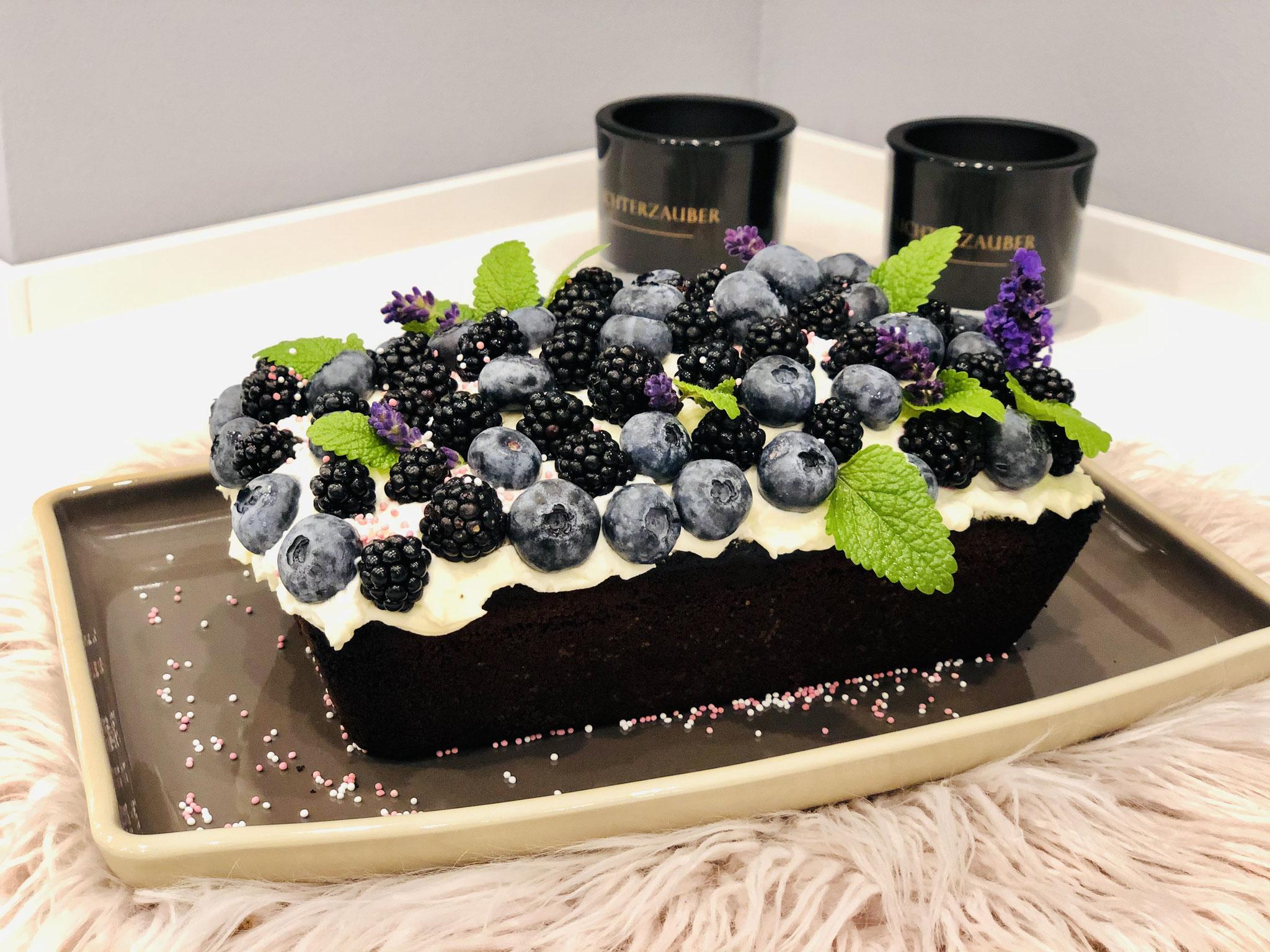Entweder zauberst du dir wie ich hier eine Torte aus dem Kuchen oder du gibst einfach nur Puderzucker aus dem Streufix über den Kuchen oder überziehst diesen mit Schokoglasur... lass deiner Fantasie freien Lauf ♥