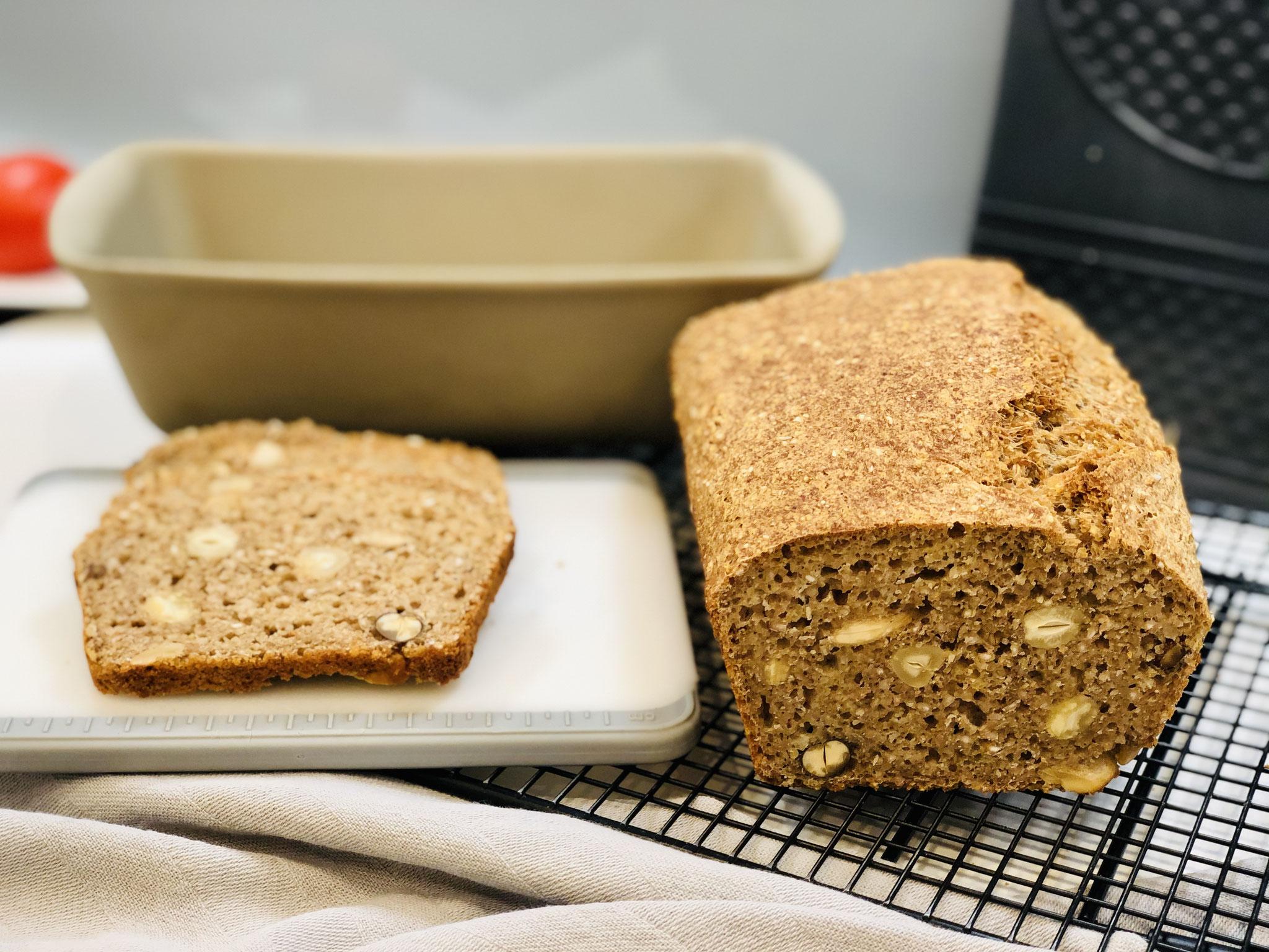 Das noch lauwarme Brot mit dem genialen Brotmesser von Pampered Chef® anschneiden und einfach nur im Brothimmel schweben ♥
