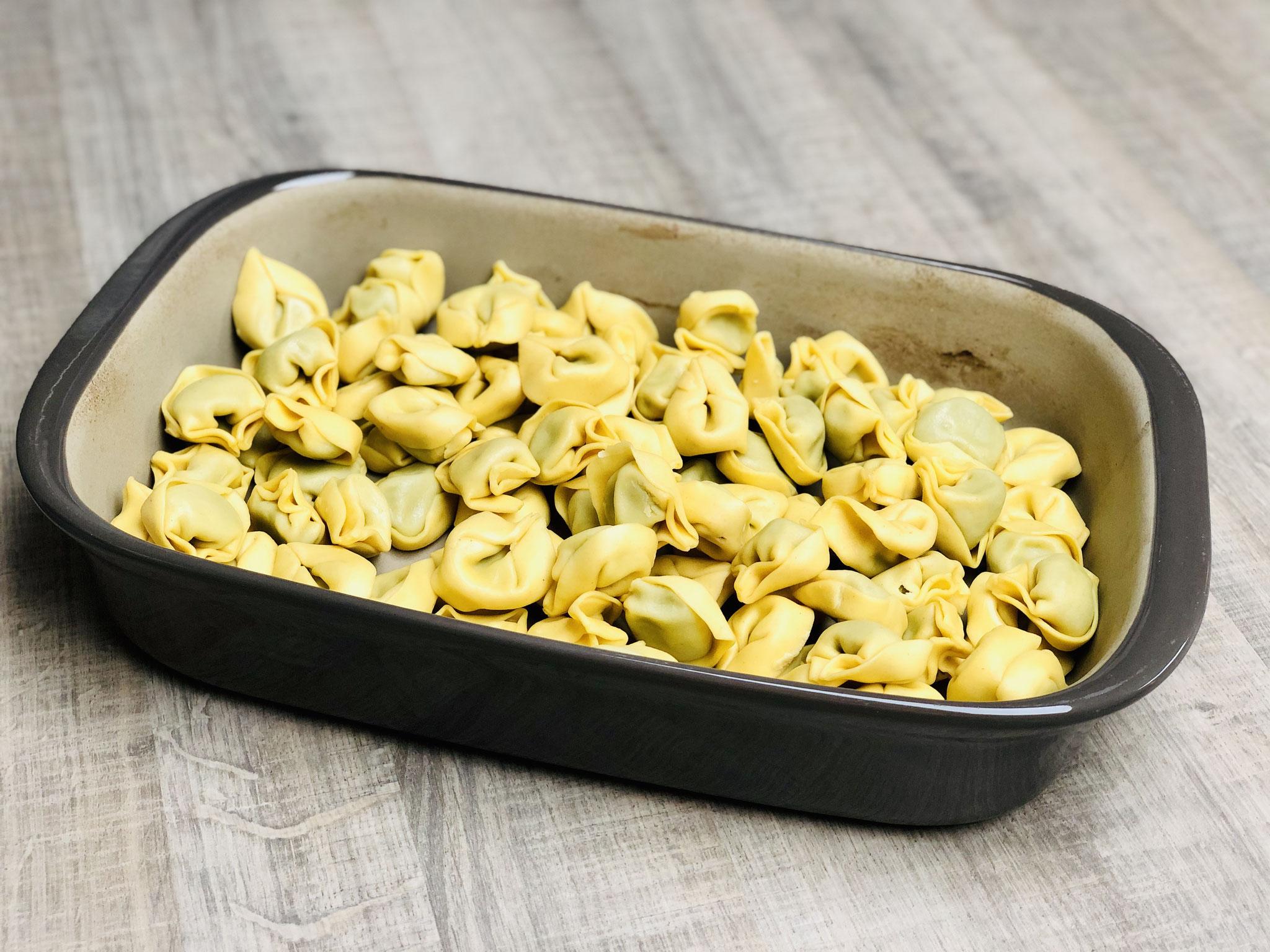 Die rohen Tortellini in den Ofenhexe® geben...