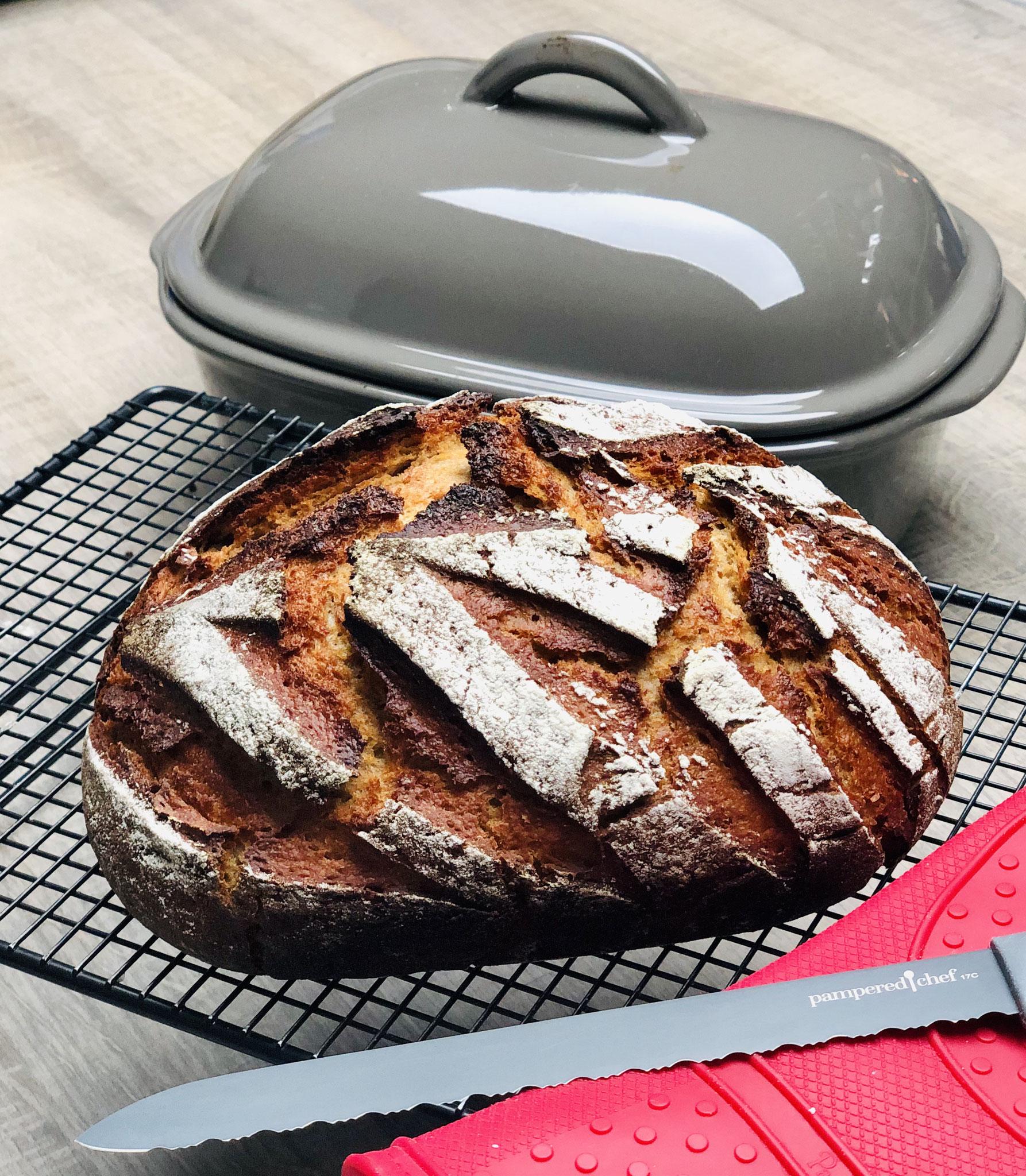 Mit dem genialen Brotmesser grau von Pampered Chef, kannst du sogar schon das warme Brot aufschneiden - wenn du es wie ich nie abwarten kannst ♥