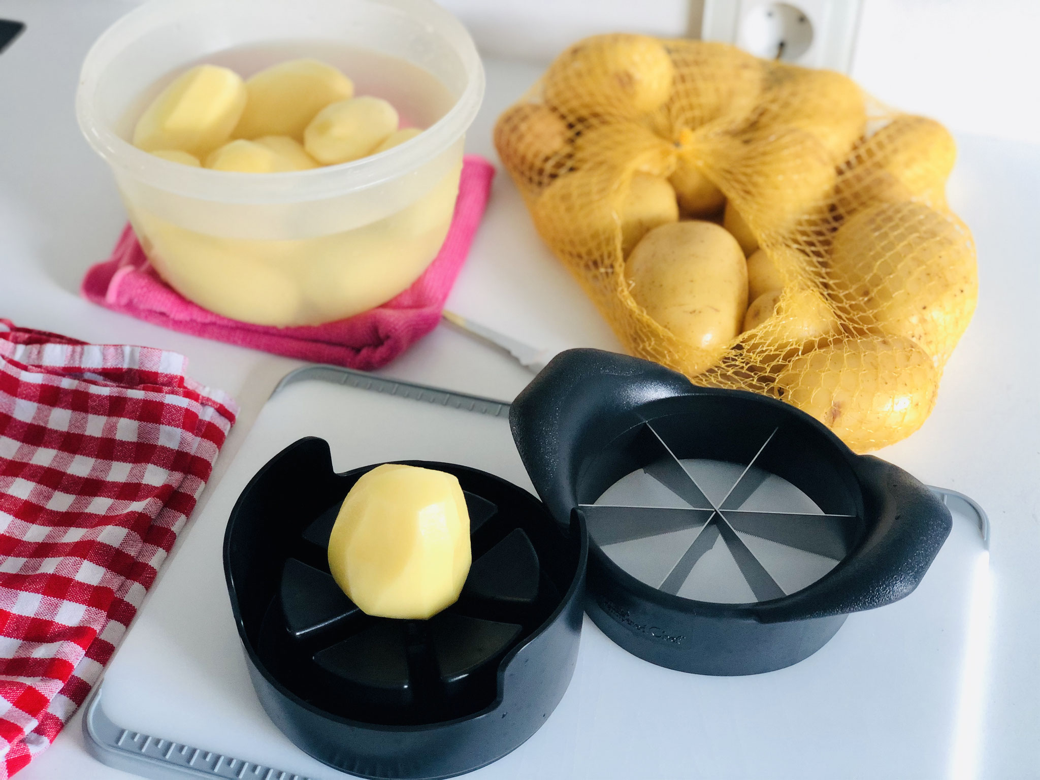 Die Kartoffeln schälen und in Spalten schneiden, wässern und danach in Öl mit Gewürzen wälzen...