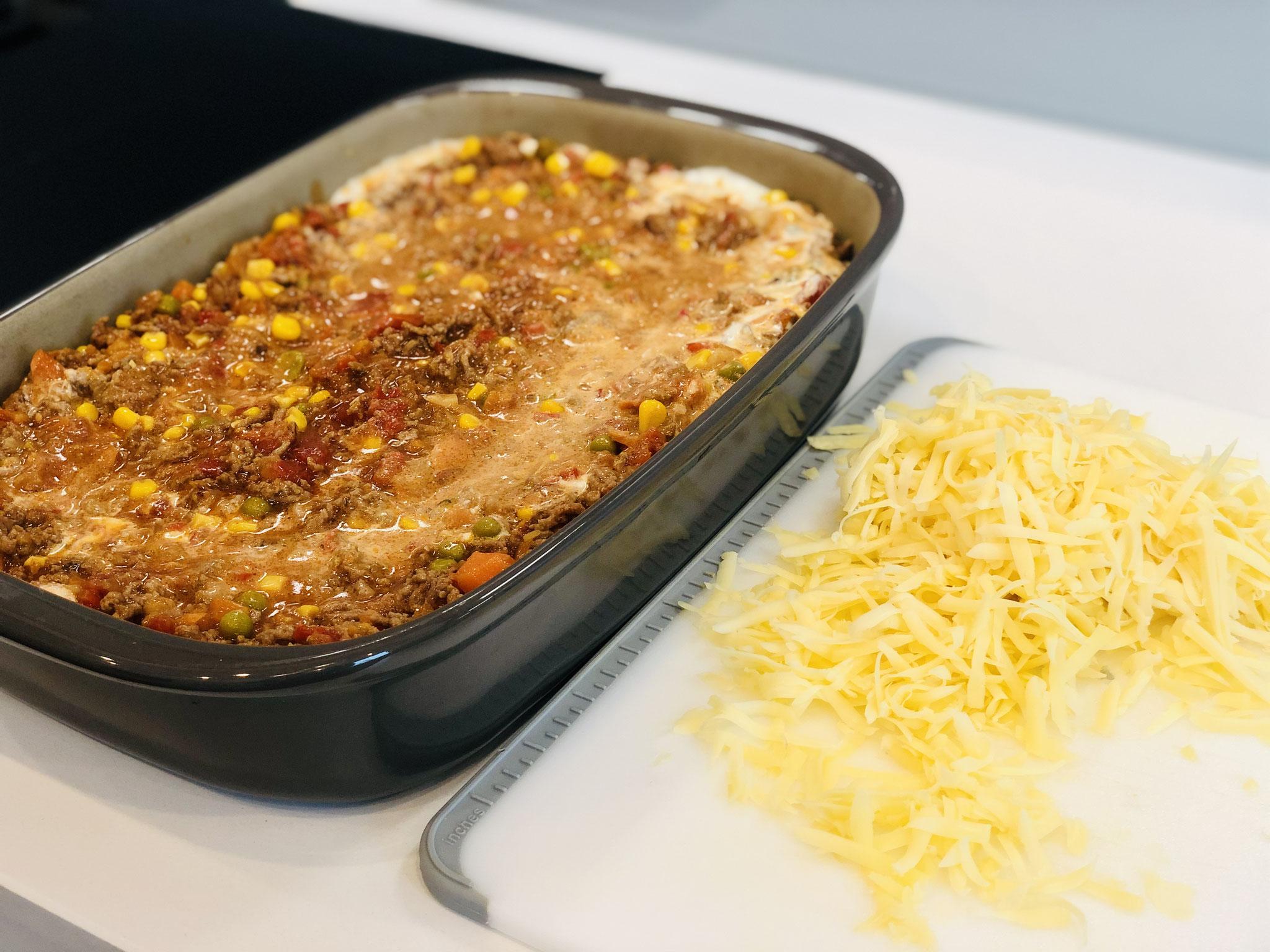 In zwei Schichten gebe ich die Lasagne Platten und die Hackfleisch Sauce in die rechteckige Ofenhexe® von Pampered Chef®