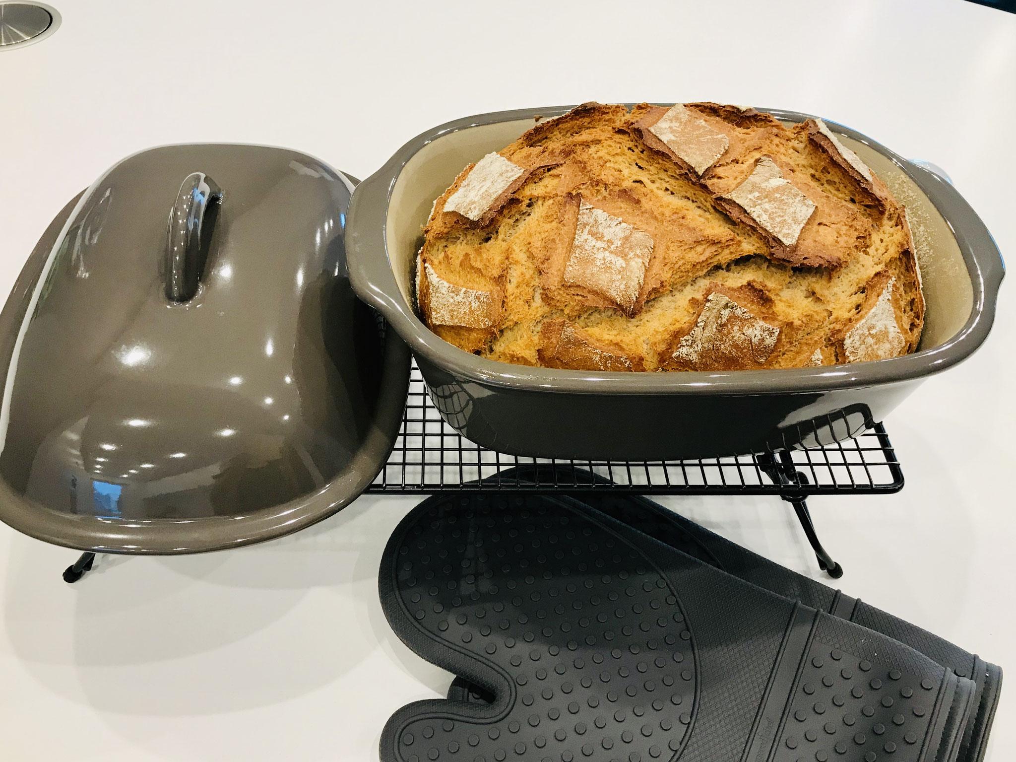 Nach 1 Stunde Backzeit hole ich den Ofenmeister mit den Silikonhandschuhen aus dem Ofenmeister und stürze das frisch gebackene Brot auf das Kuchengitter von Pampered Chef zum abkühlen....