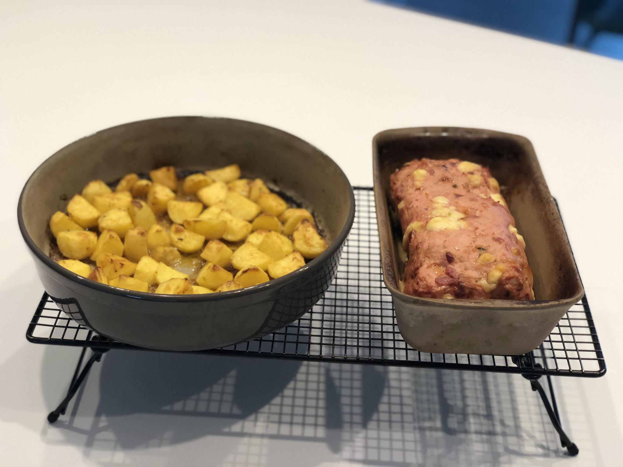 In der Zwischenzeit die Kartoffeln zubereiten und zu dem Fleischkäse im Backofen stellen udn mitgaren lassen...