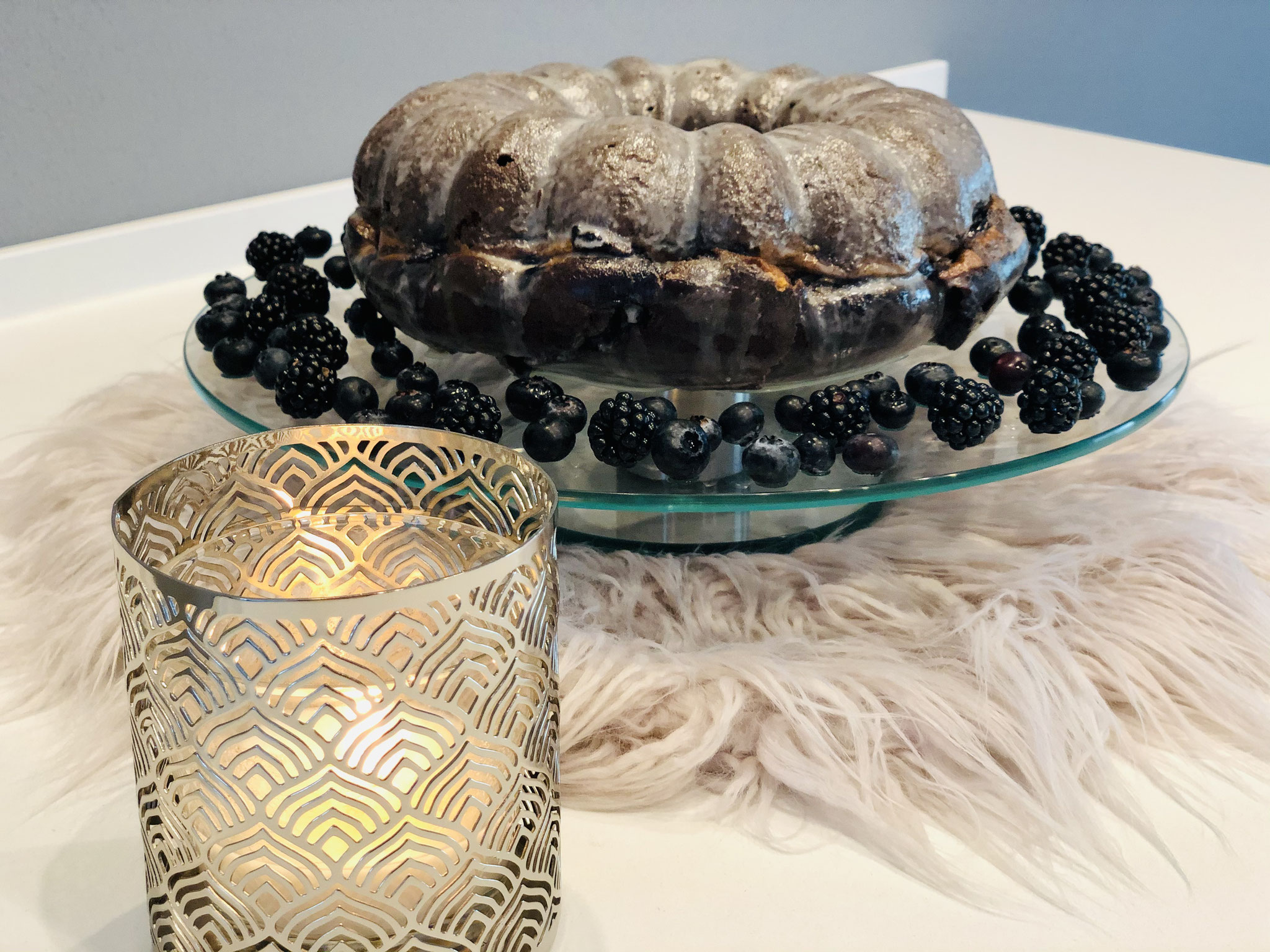 Ich lege immer noch ein paar Früchte um einem Kuchen um zu zeigen was sich im innern des Kuchens befindet...