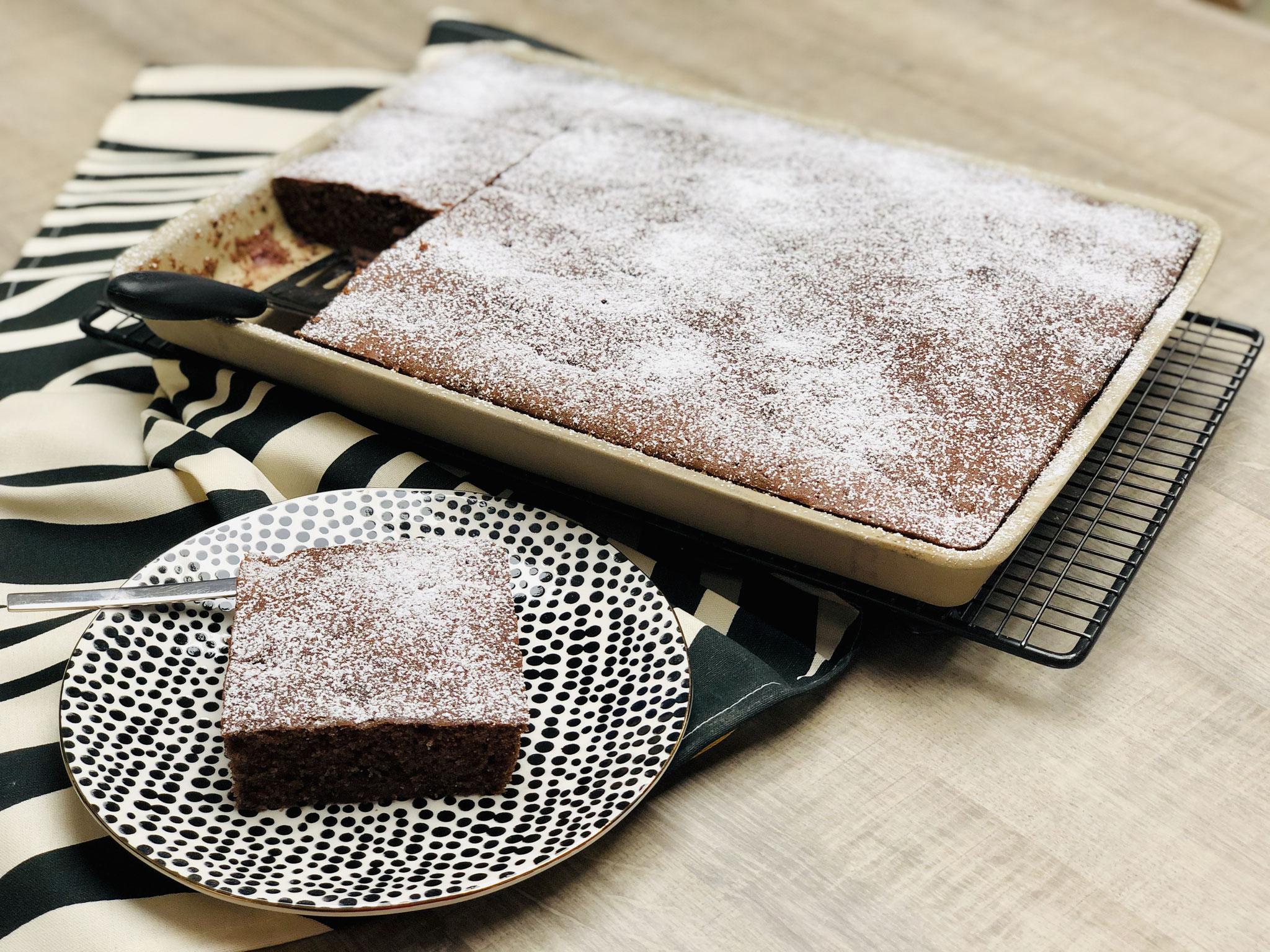 Etwas Puderzucker aus dem Streufix darüber streuen und schon kannst du den Kuchen aus dem Ofenzauberer schneiden und servieren...