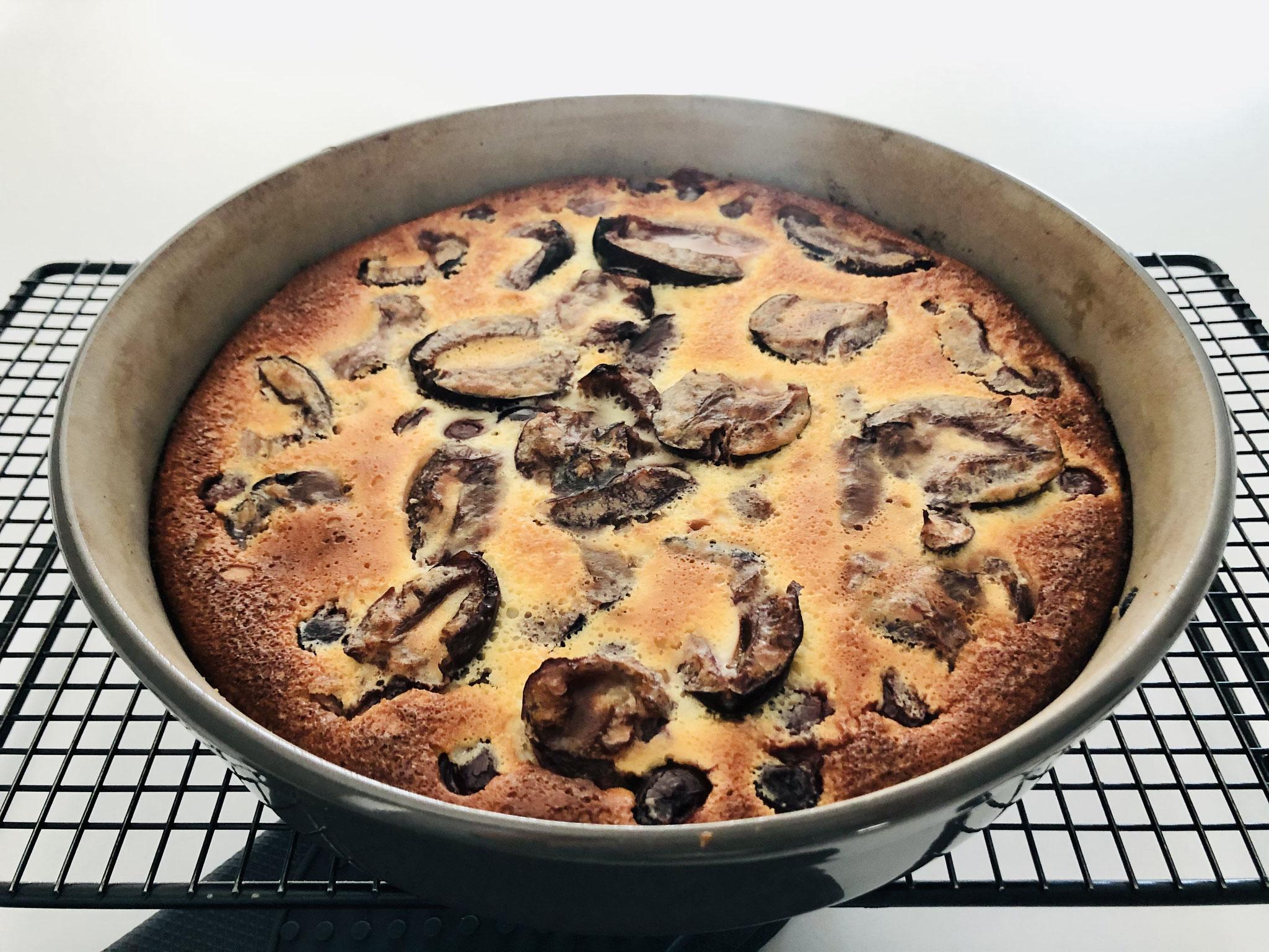 Nach dem backen in der runden Stoneware Kuchenform Leila, den Kuchen auf dem Kuchgitter von Pampered Chef® auskühlen lassen...