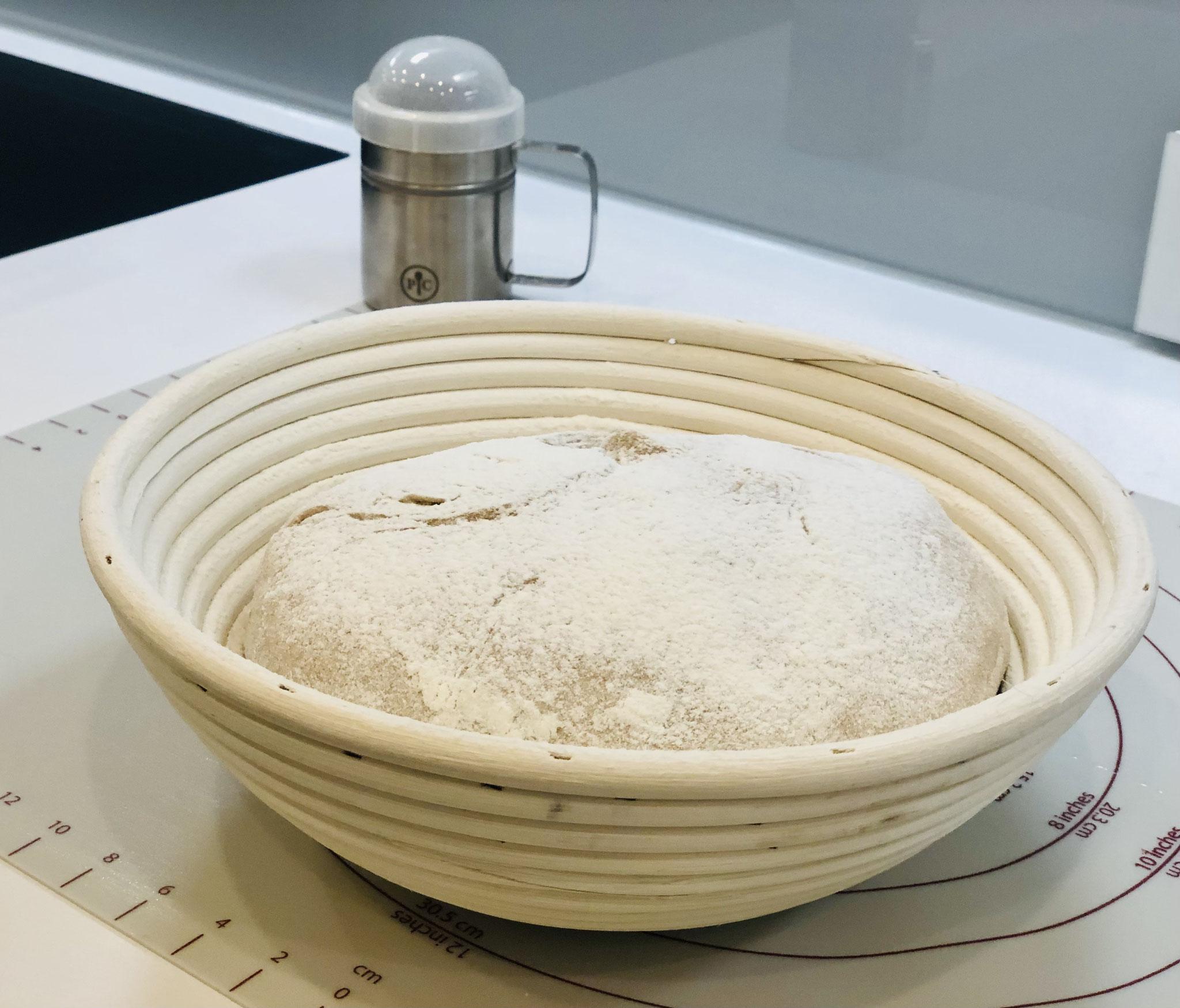 Hier siehst du wie ich das Brot in das Gärkörbchen gelegt habe und nun wird es nochmals mit Mehl aus dem Streufix bestäubt...