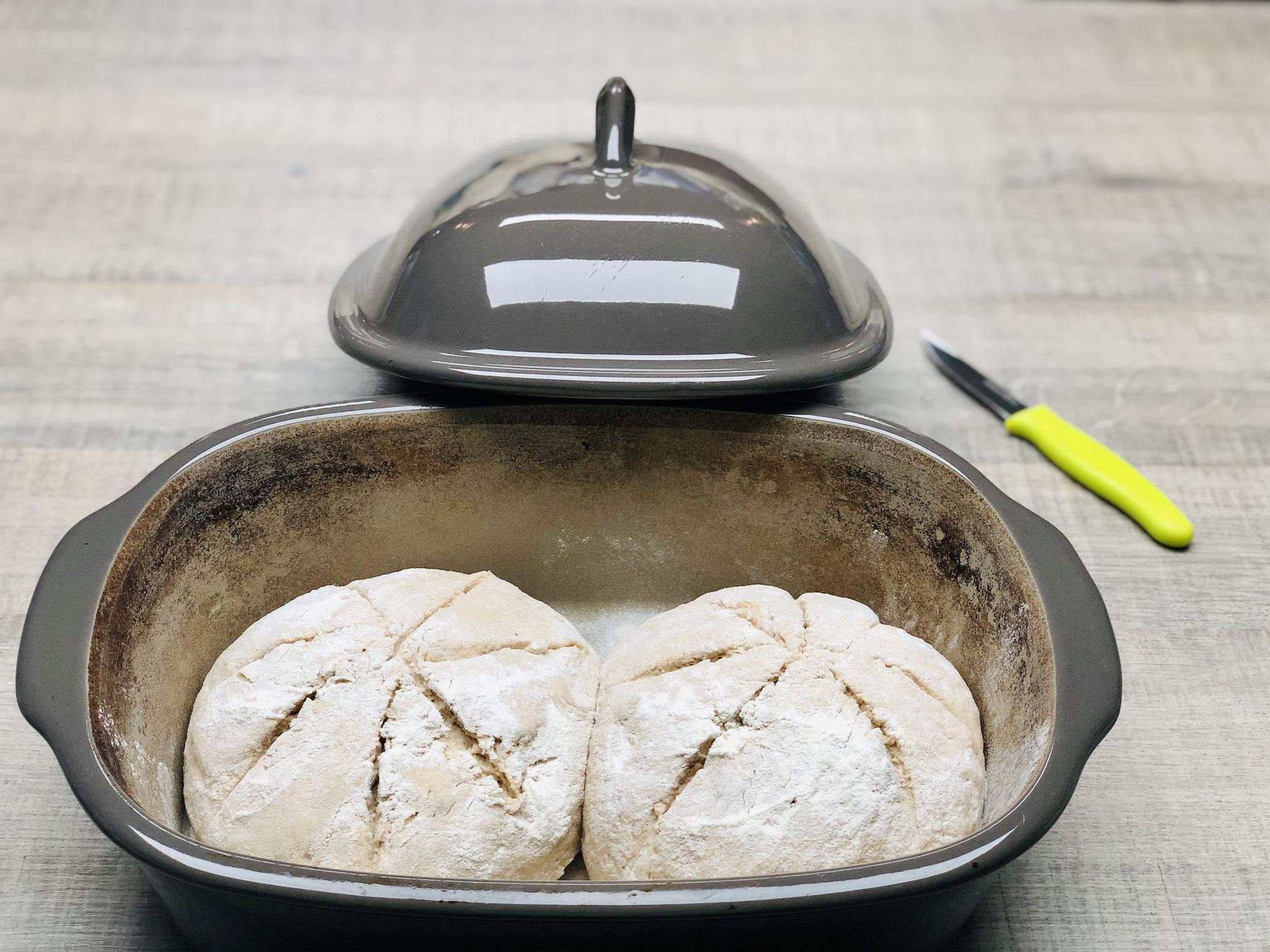 Hier siehst du wie ich das Zwillingsbrot in den Ofenmeister lege und wie ich den Brotlaib einschneide....