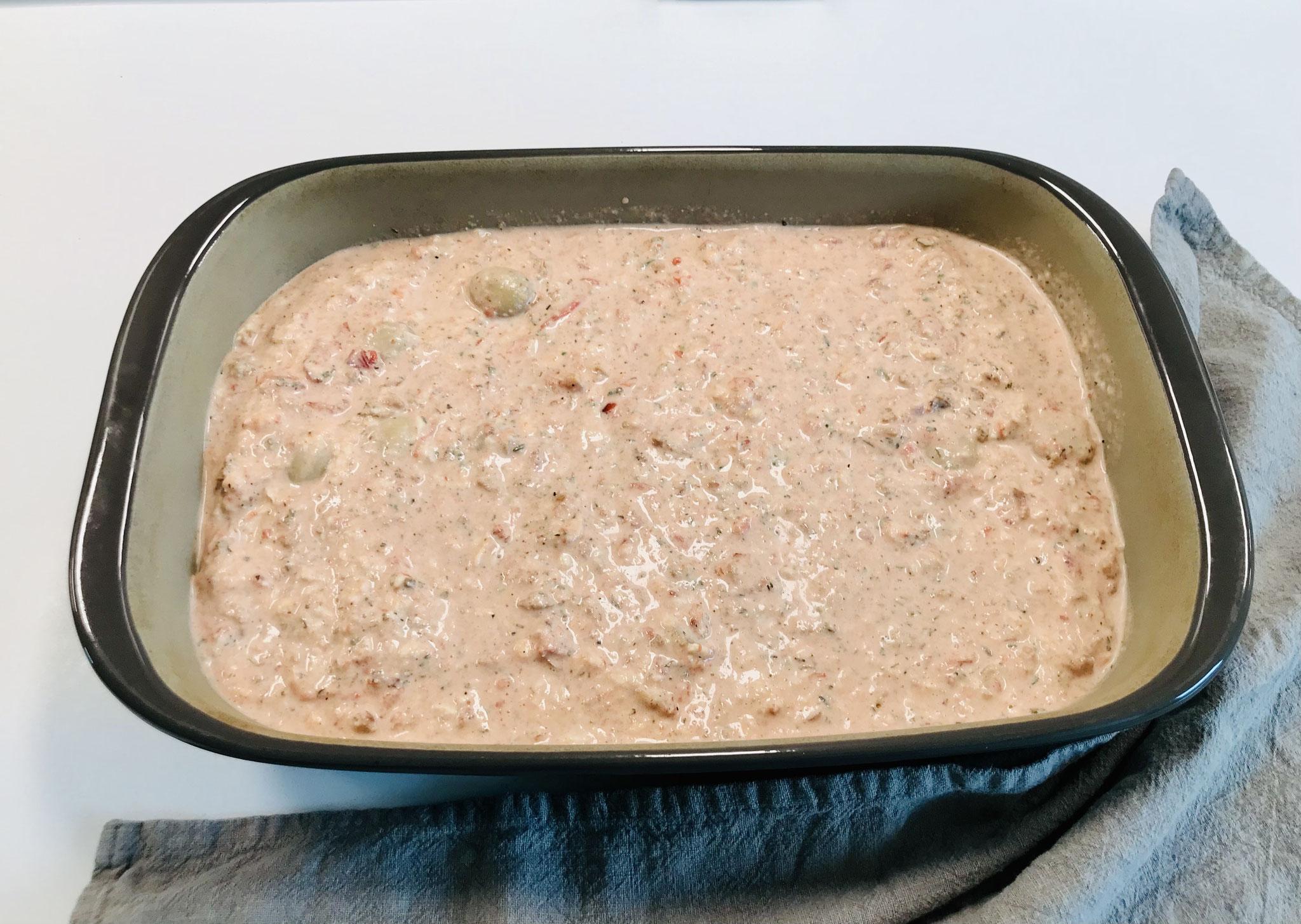 Die Sauce nach der Rezeptanleitung zubereiten und über die Maultaschen gießen... den Zauberstein als Deckel auf die rechteckige große Ofenhexe® legen....