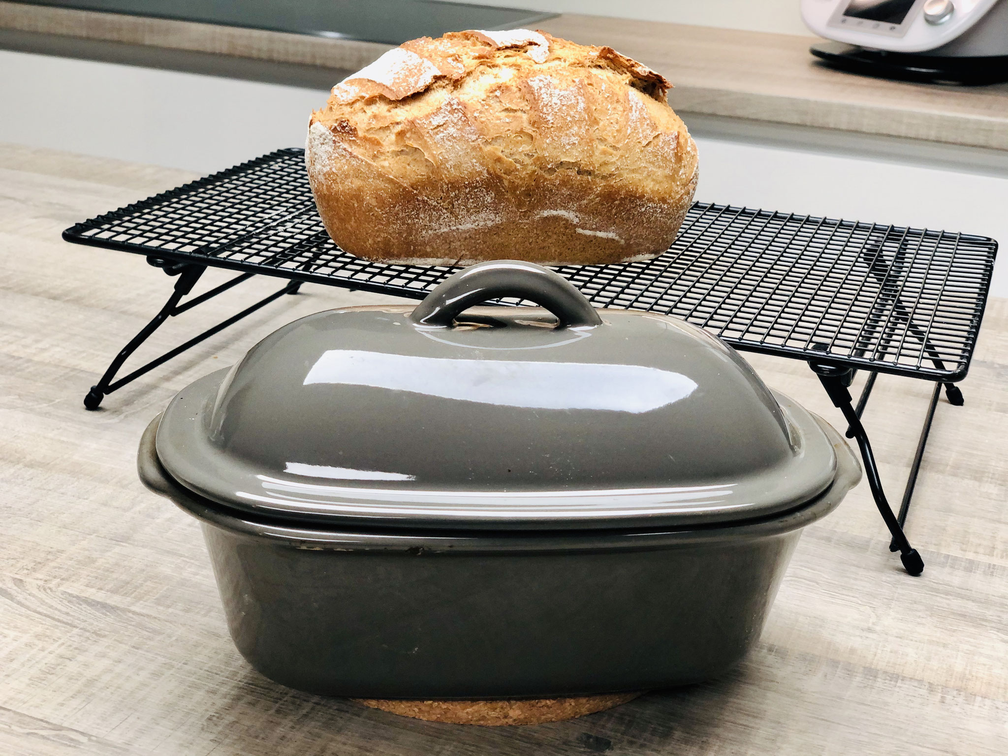 Auf dem Kuchengitter auf Füssen kann das Brot gut rundherum abdampfen