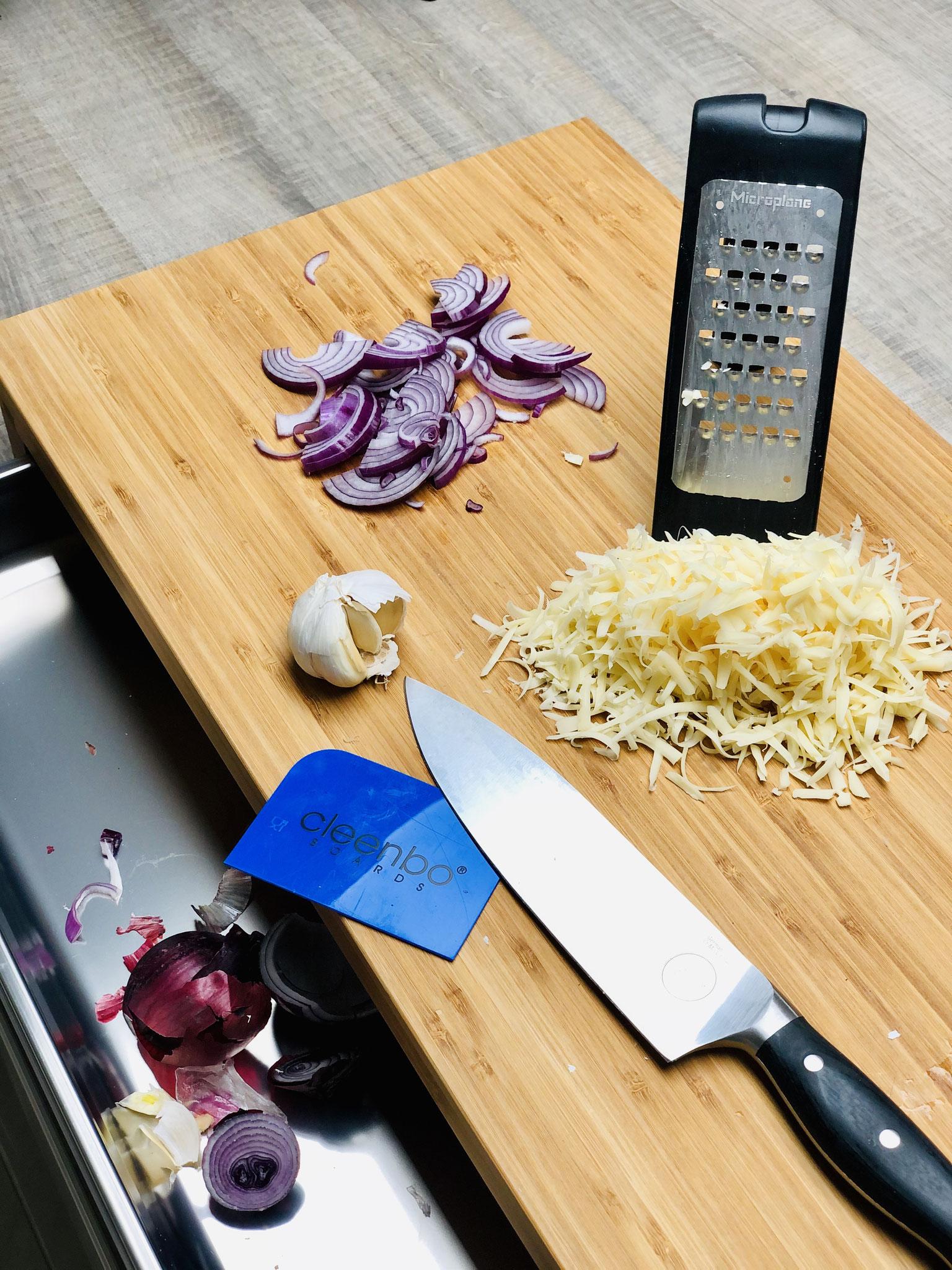 Für deine Pizza schneidet du die Zwiebel mit dem kleinen Küchenhobel. Den Käse reibst du mit der groben Microplane® Reibe...