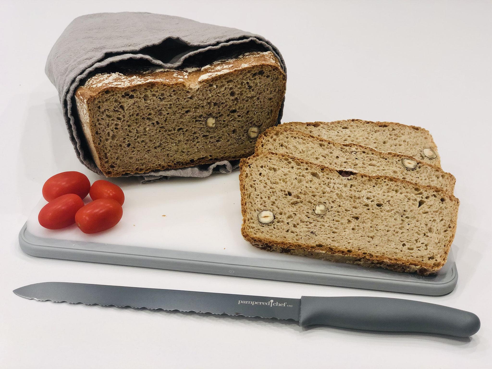 Nach dem abkühlen mit dem Brotmesser von Pampered Chef in Scheiben schneiden und einfach nur noch das Brot genießen ♥