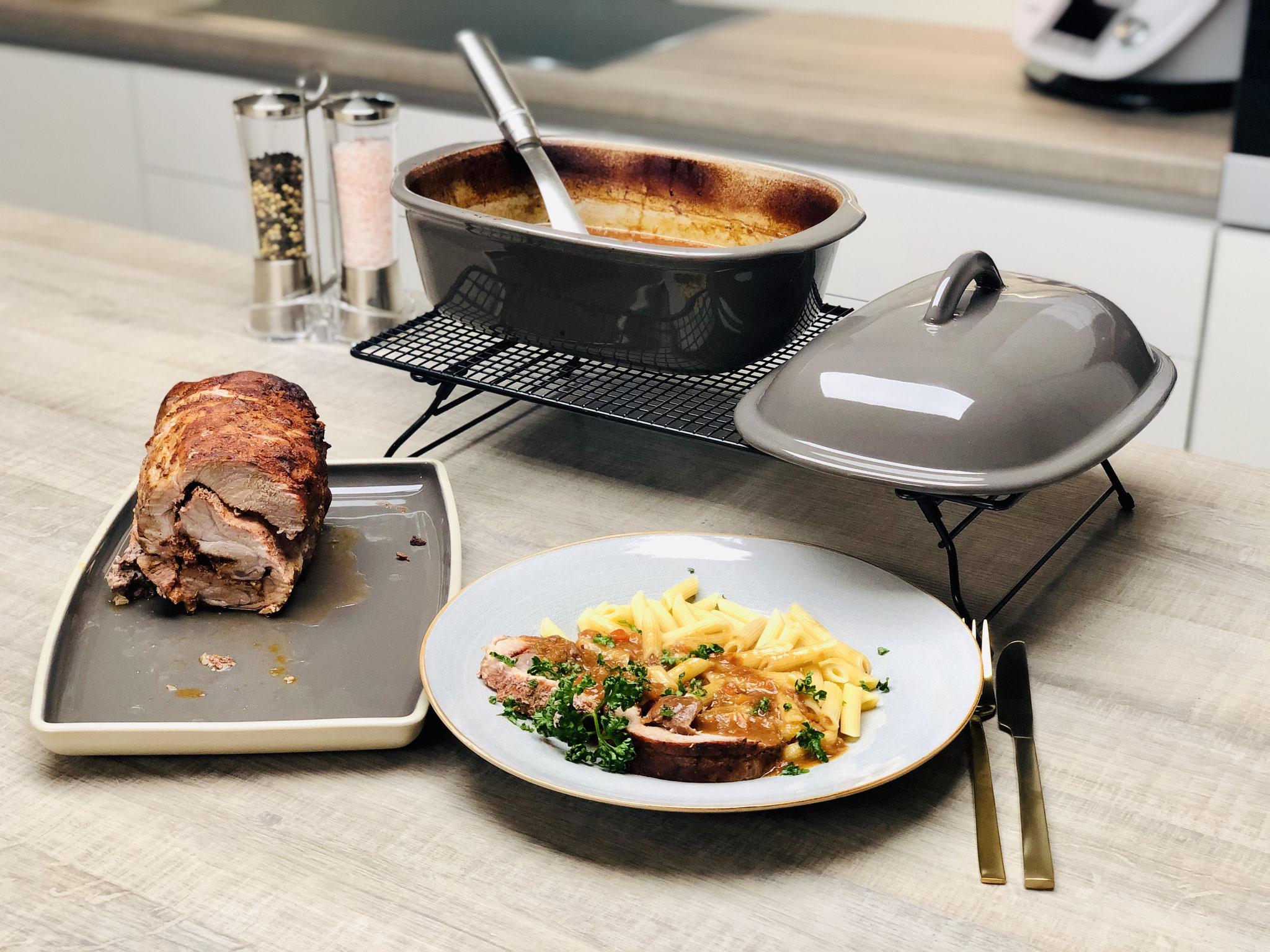 In Scheiben geschnitten und mit Nudeln und Soße servierst du das zarte Fleisch