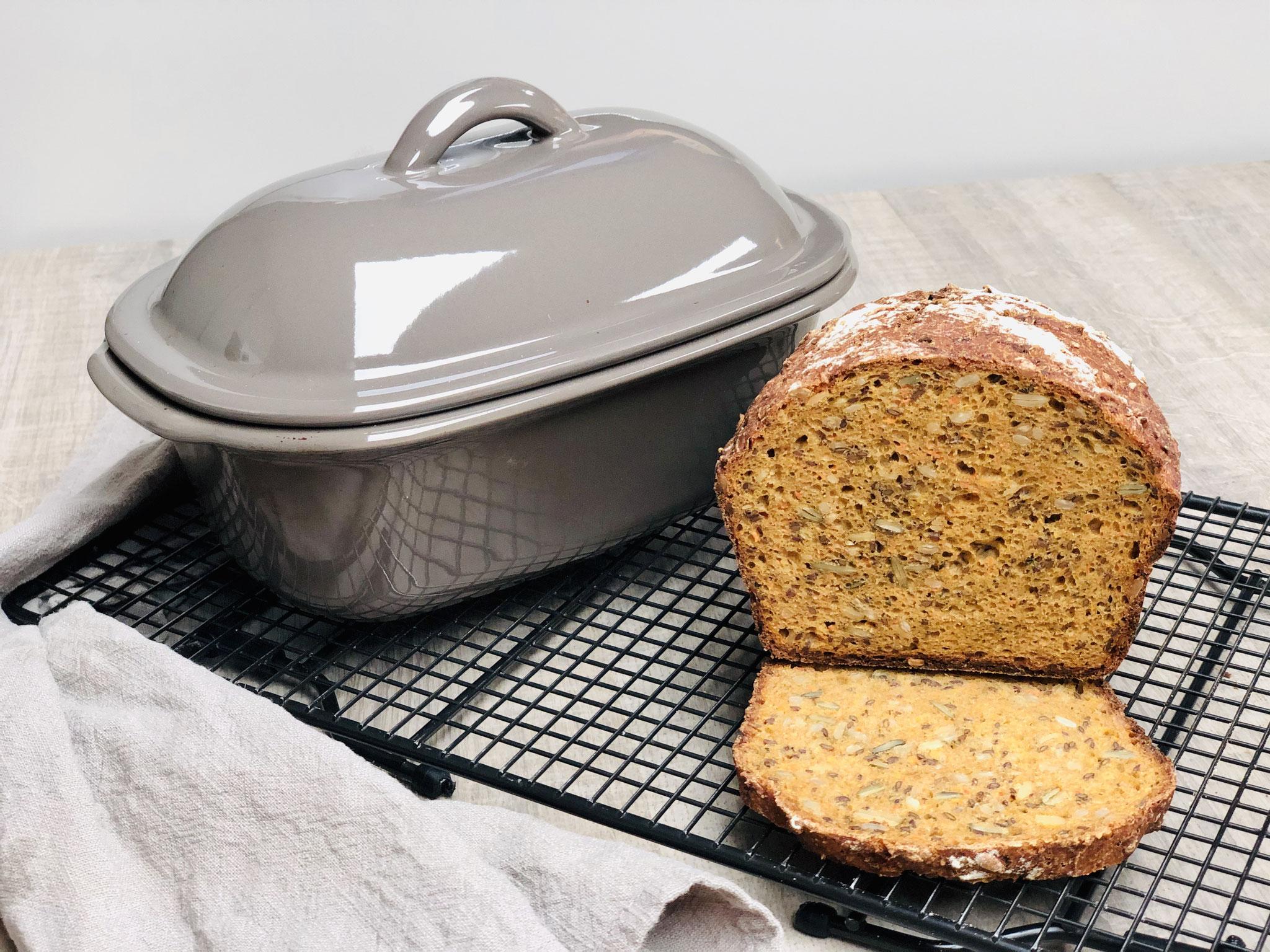 Nach dem Backen stürzt du dein Brot auf das PC Kuchengitter mit Füssen und lässt es darauf auskühlen. Du hast ein tolles knuspriges Steinbackofenbrot aus deinem Zaubermeister.