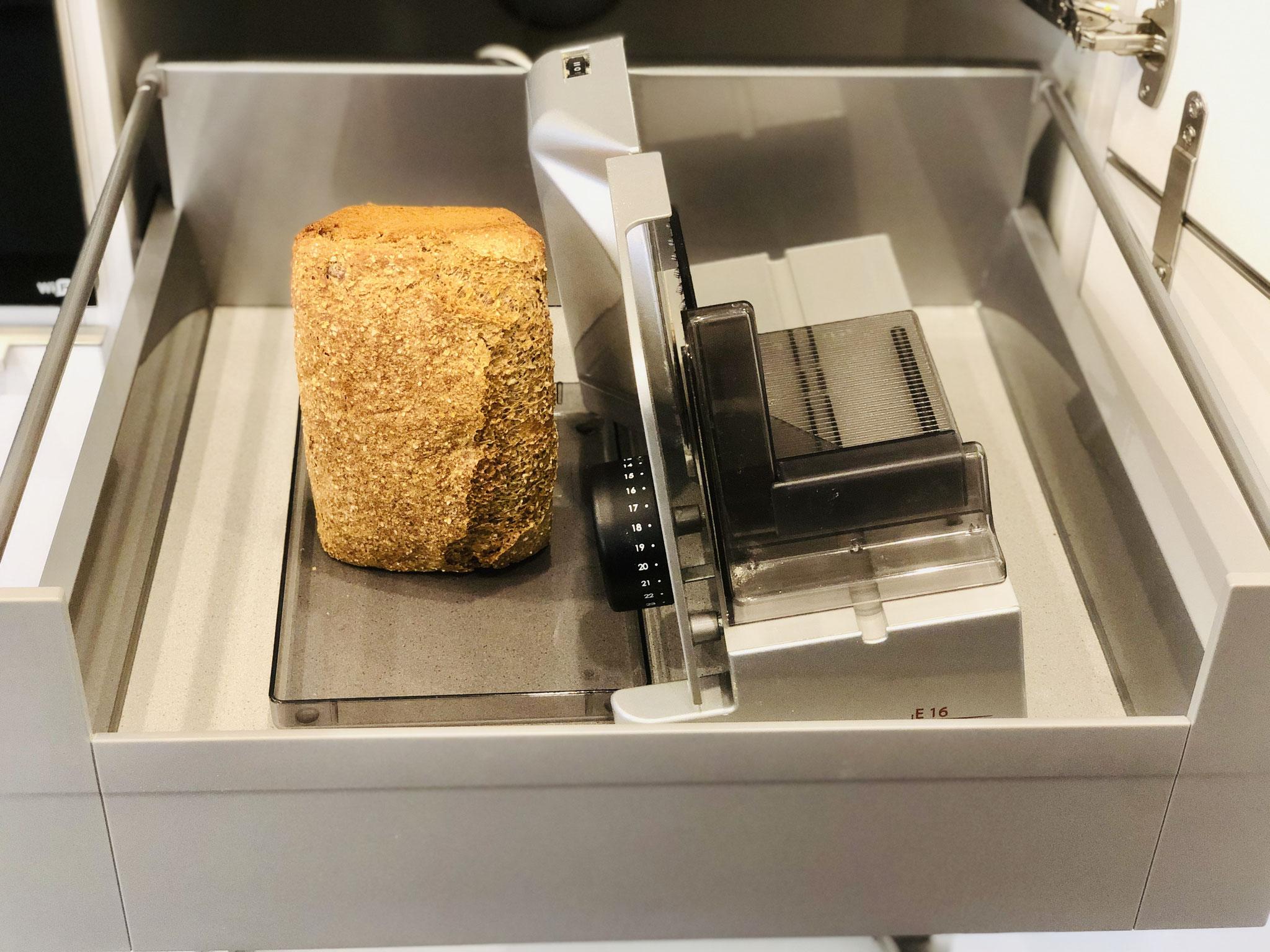 Hier siehst du meine Brotfach-Schublade in meinem Hochschrank....