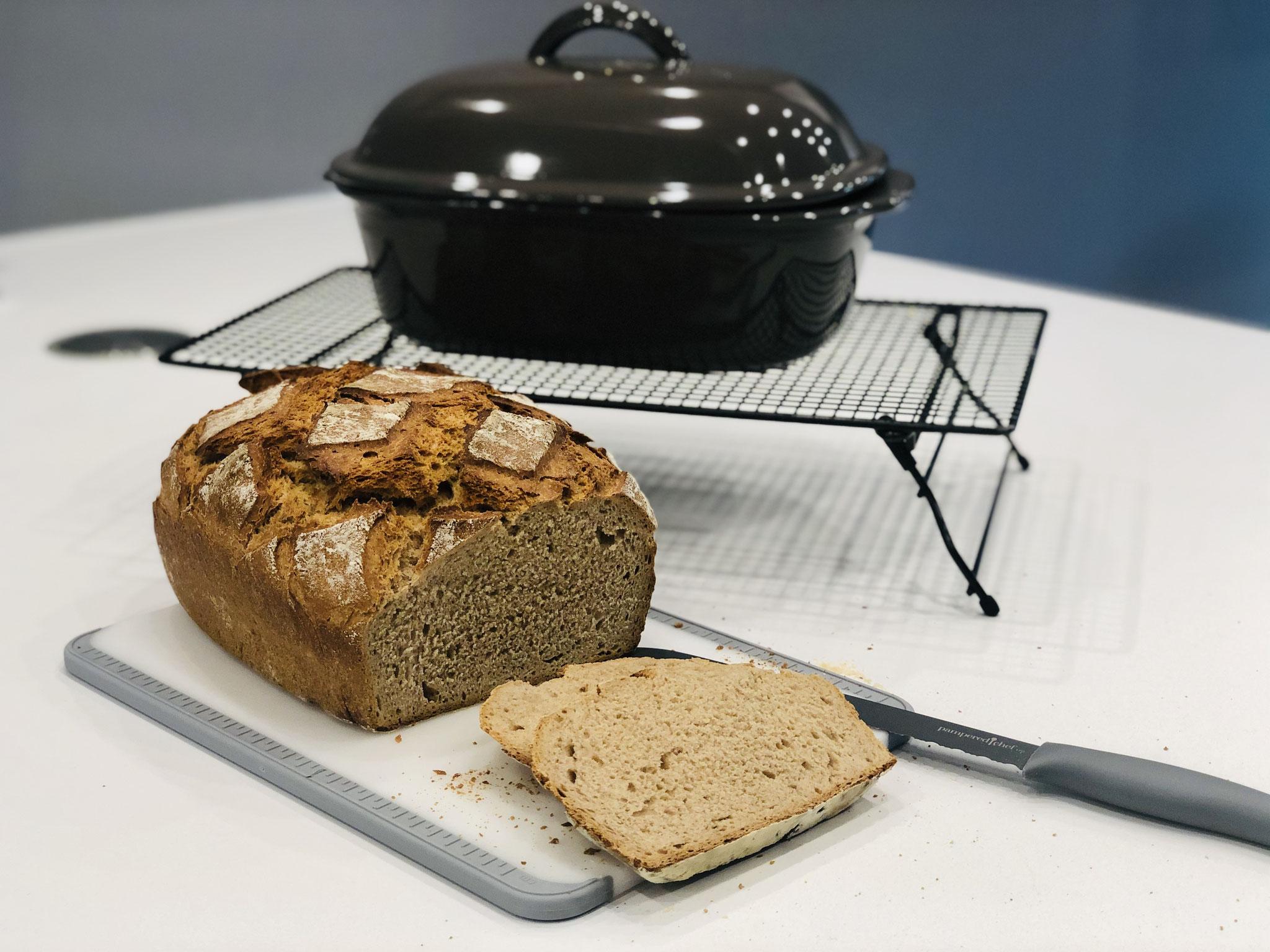 Mit dem genialem Brotmesser kannst du das Brot auch wenn es noch warm ist anschneiden...