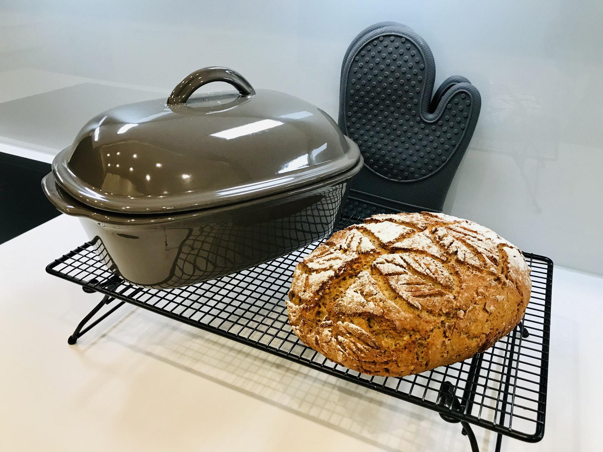 Mit den Silikonhandschuhen Packs An! kannst du die Stoneware sicher aus dem Backofen holen ohne dir dabei die Finger oder Arme zu verbrennen. Das Brot sofort auf das Kuchengitter stürzen und auskühlen lassen...