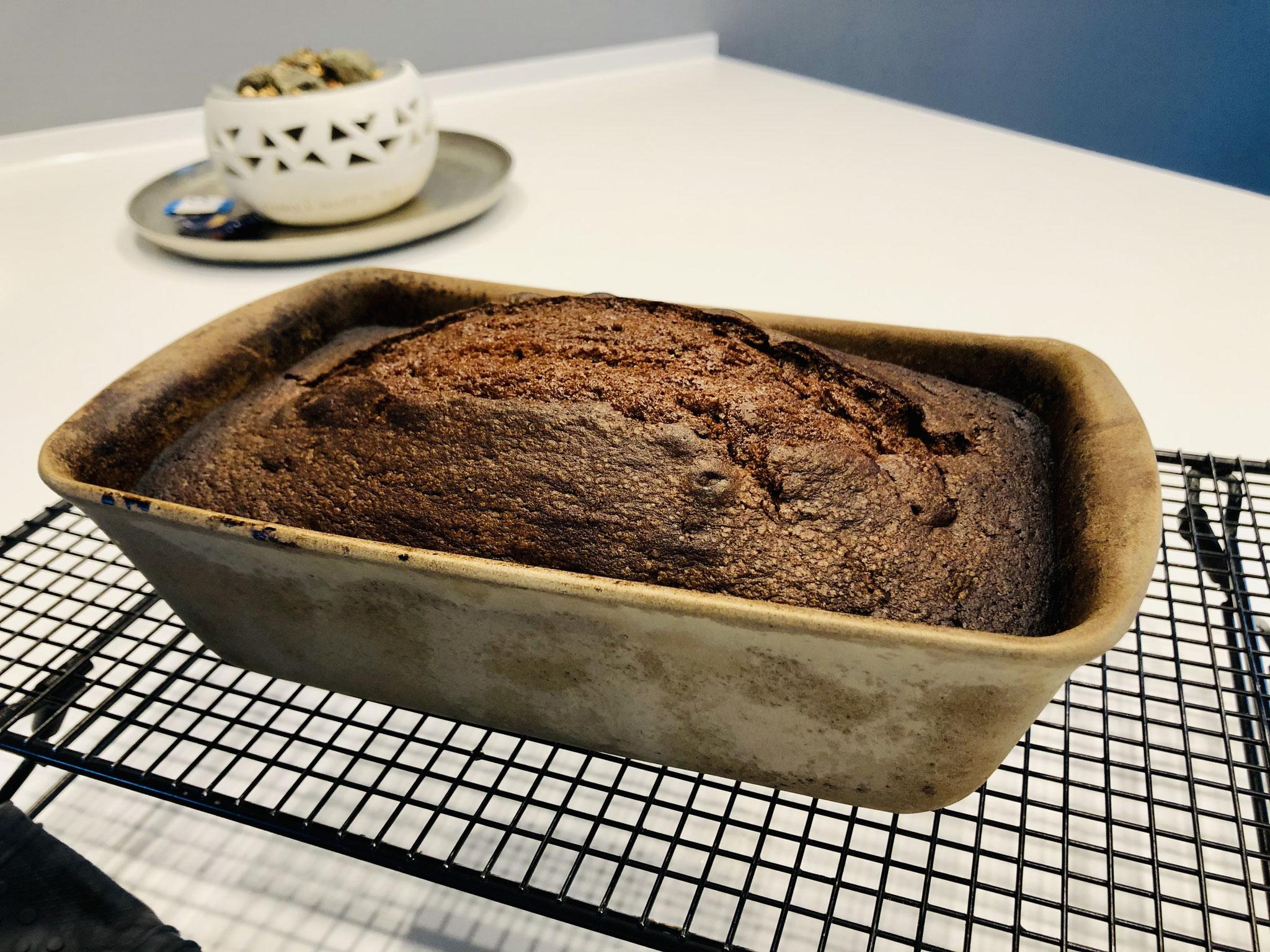 Nach dem backen lässt du den Kuchen in der Form auf dem Kuchengitter von Pampered Chef erkalten - erst wenn der Kuchen erkaltet ist, dann stürzt du diesen aus der Form...