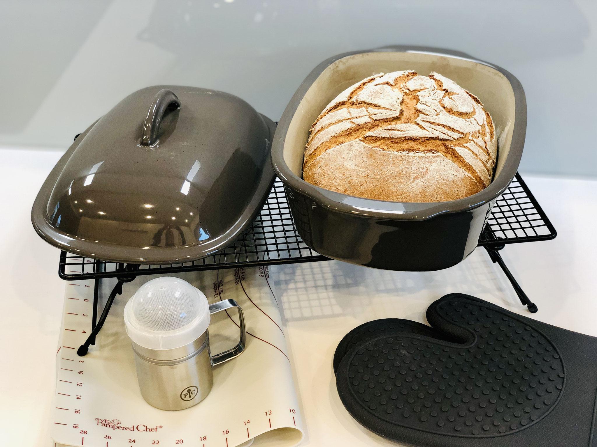 Nach 1 Stunde Backzeit hast du ein wunderbares knuspriges Steinbackofenbrot aus dem Ofenmeister ♥
