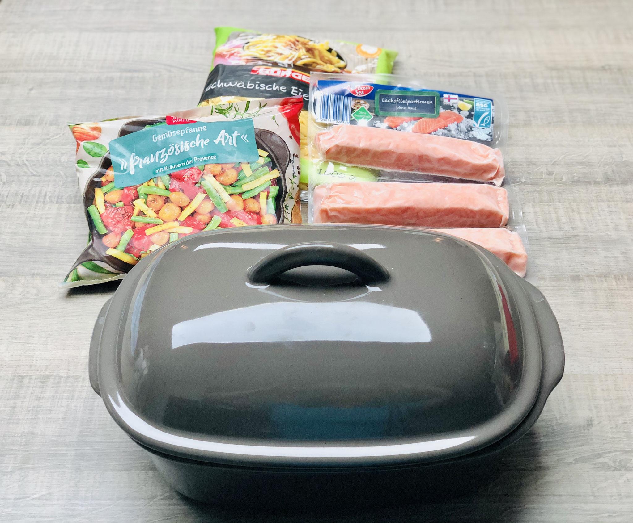 Lasse den Lachs und das Gemüse leicht antauen. Wichtig ist bei diesem Gericht, dass der Ofenmeister in den kalten Backofen eingeschoben wird.
