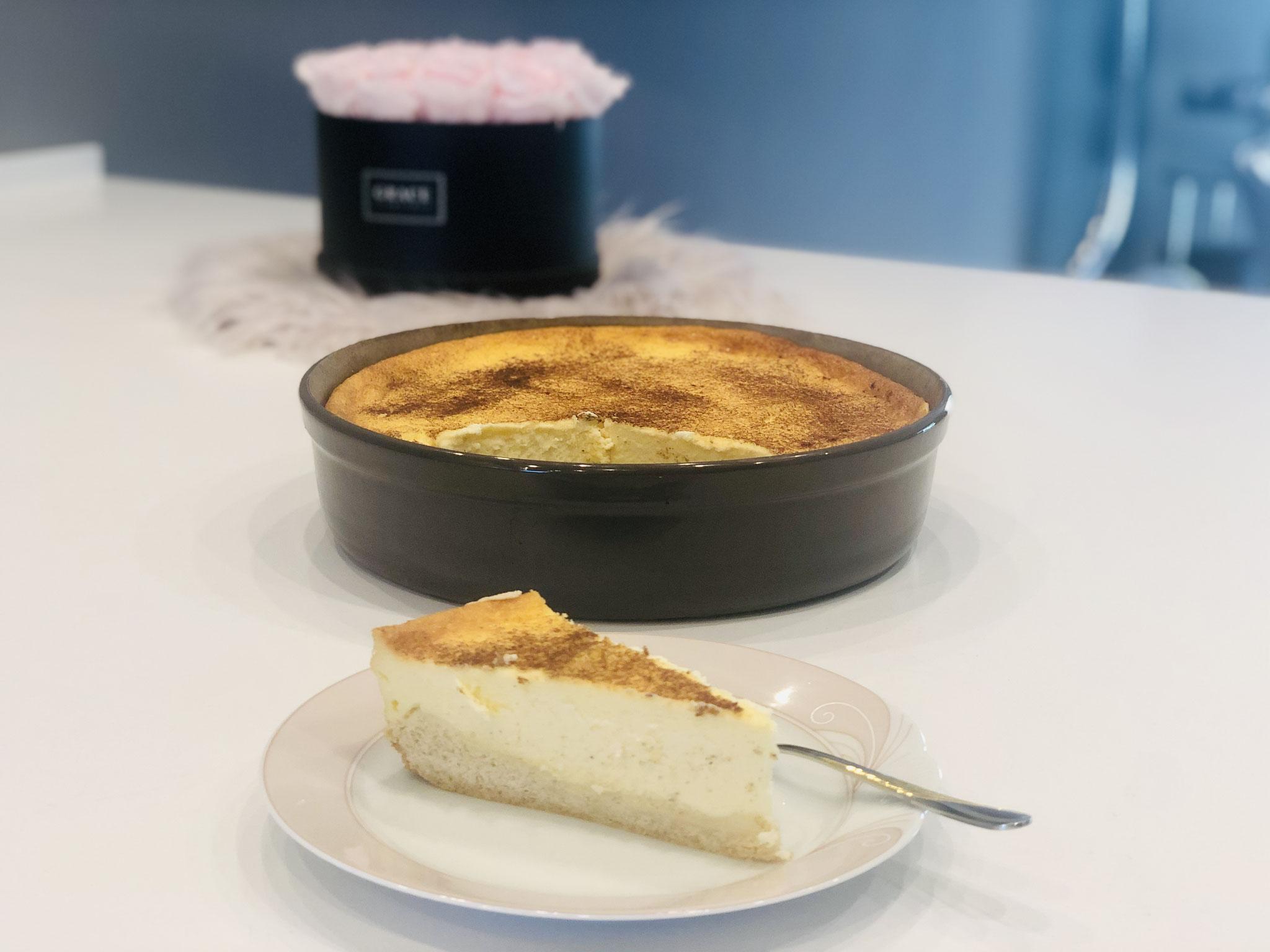 Hier siehst du den Anschnitt und du kannst sehen wie zart rahmig dieser Kuchen ist. Schade dass du dieses Geschmackserlebnis nun nur sehen kannst. ♥