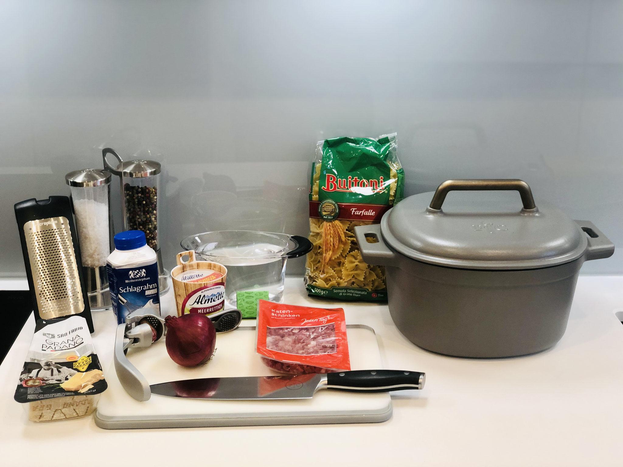 Richte dir alle Zutaten für deine One-Pot Nudeln hin....