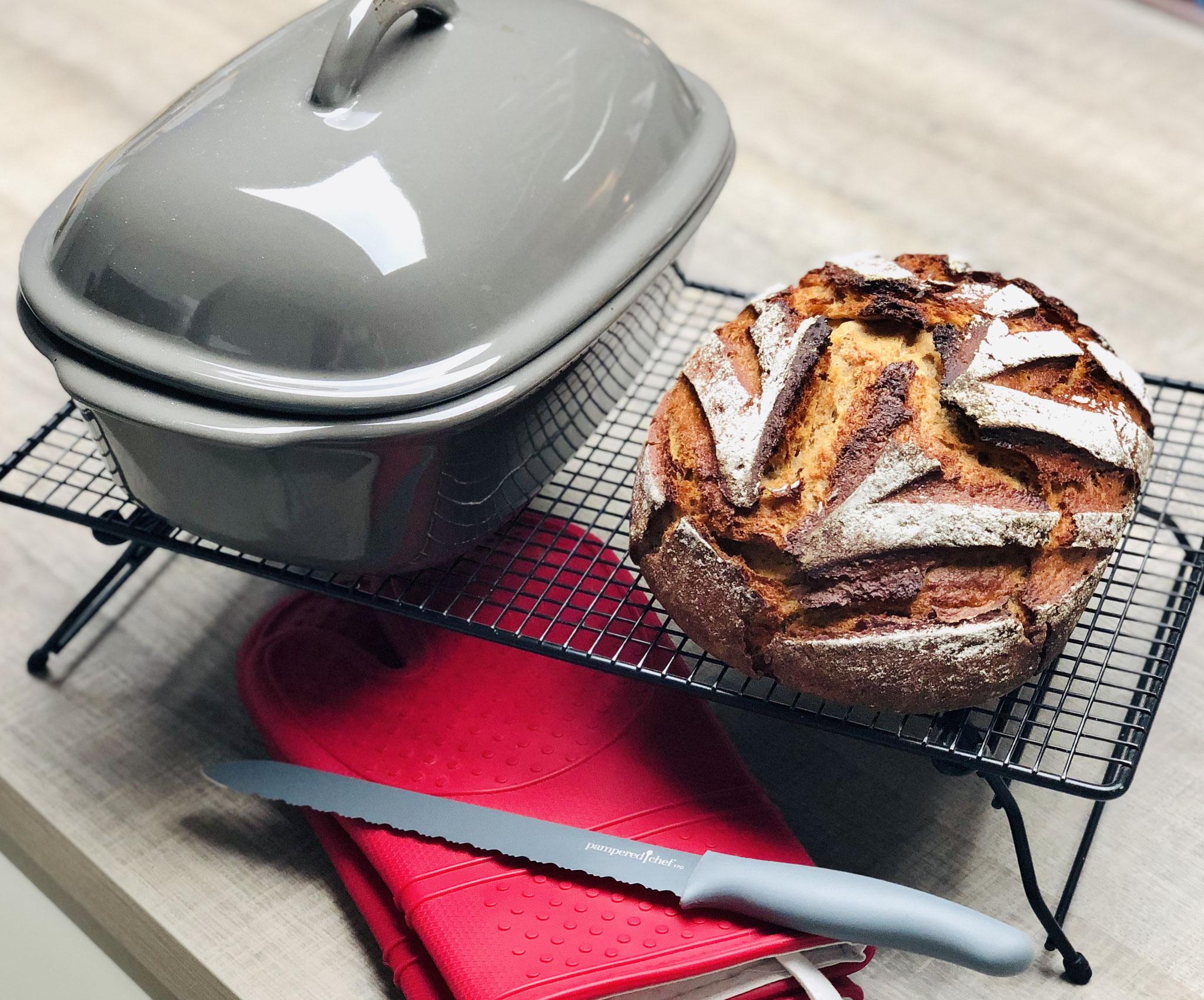 Schau dir das dampfende knusprige Brot an ♥ Stürze das Brot auf das Kuchengitter mit Füssen und lasse es so abdampfen...