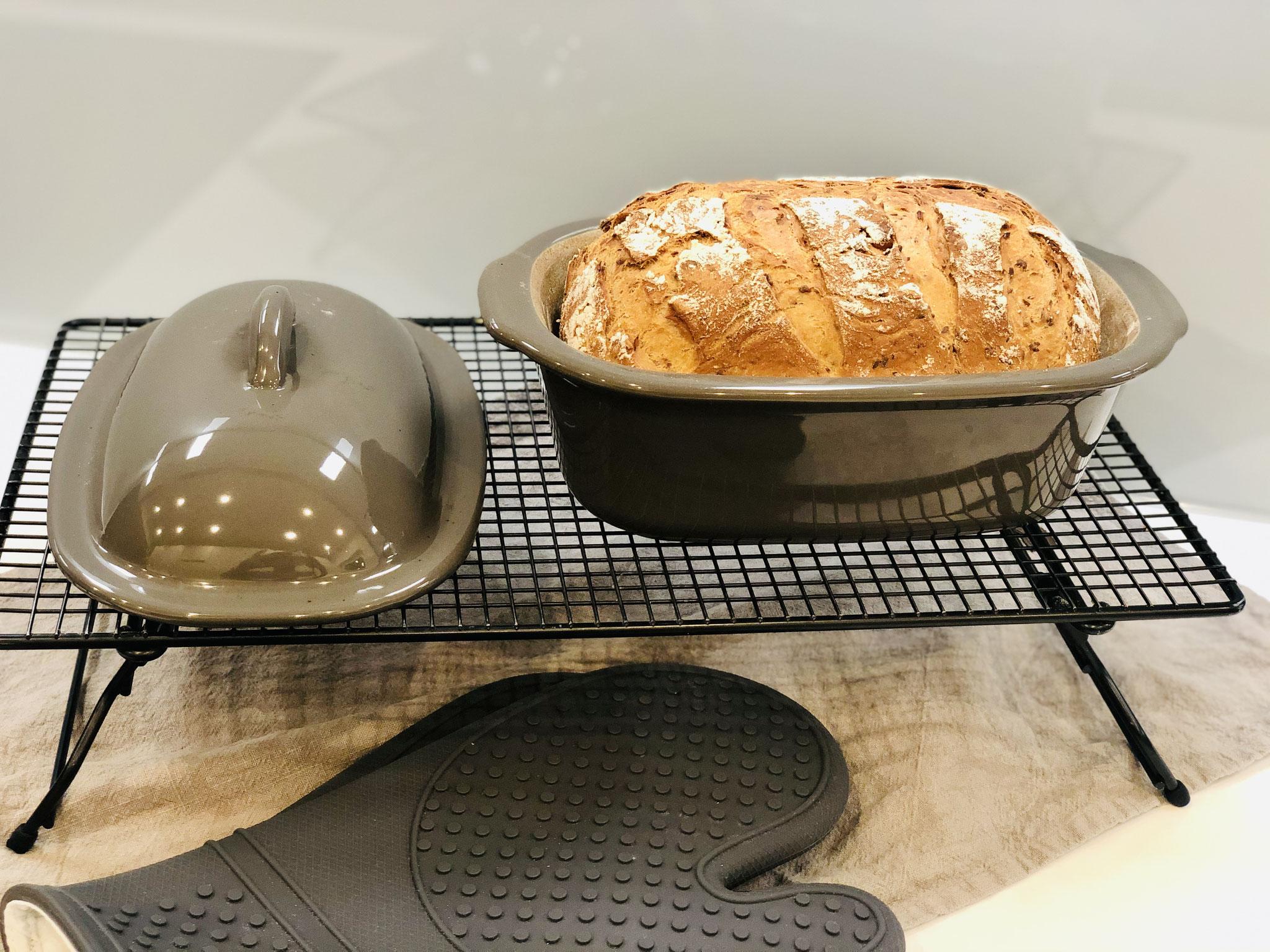 Nach dem backen das Brot sofort auf das Kuchengitter mit Füssen stürzen und abkühlen lassen...