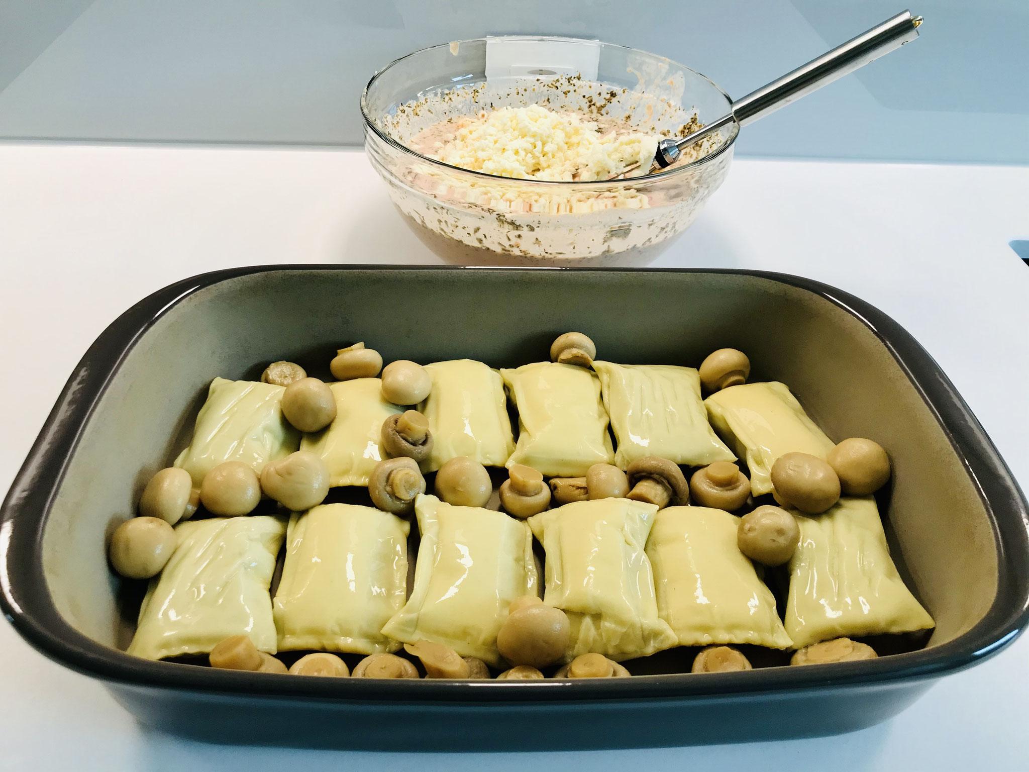 Lege die Maultaschen und die Pilze in das Grundset oder der rechteckigen Ofenhexe® von Pampered Chef...