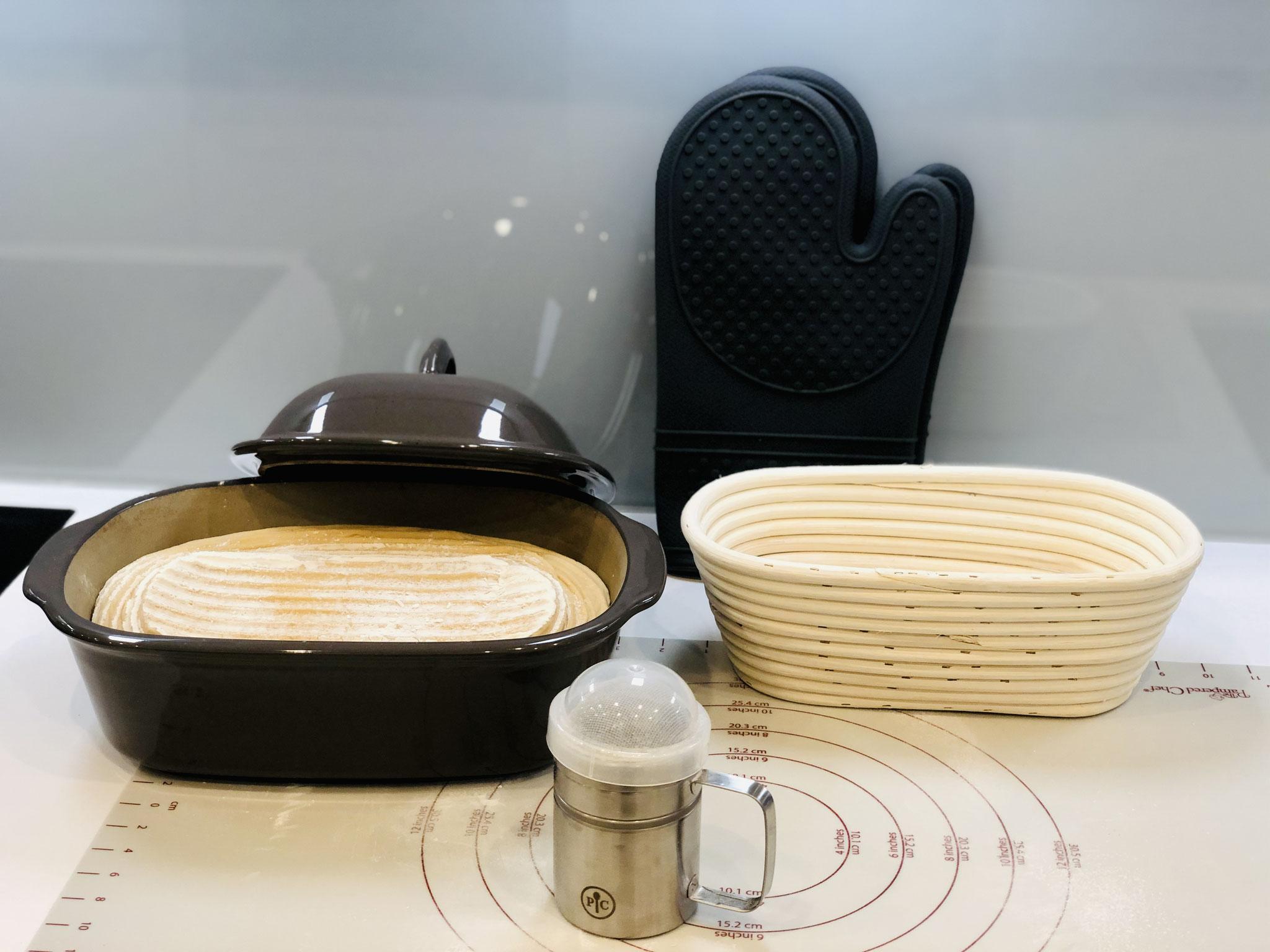 Vorsichtig den Teigling in den Ofenmeister stürzen und den Deckel auflegen...