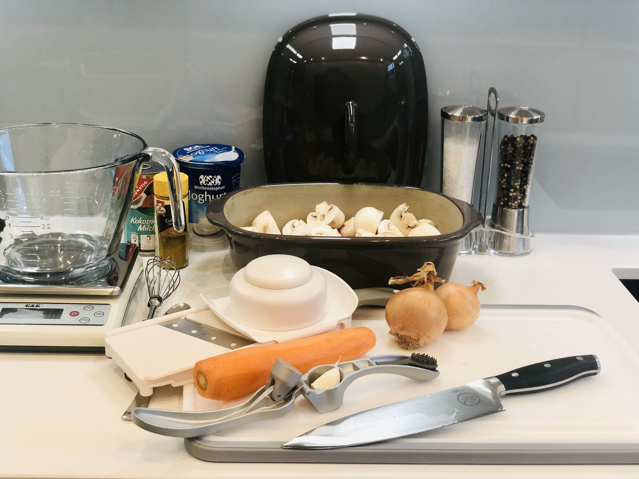 Alles klein schneiden und mit dem Küchenhobel fein hobeln und zum Fleisch das in kleine Stücke geschnitten wurde geben...